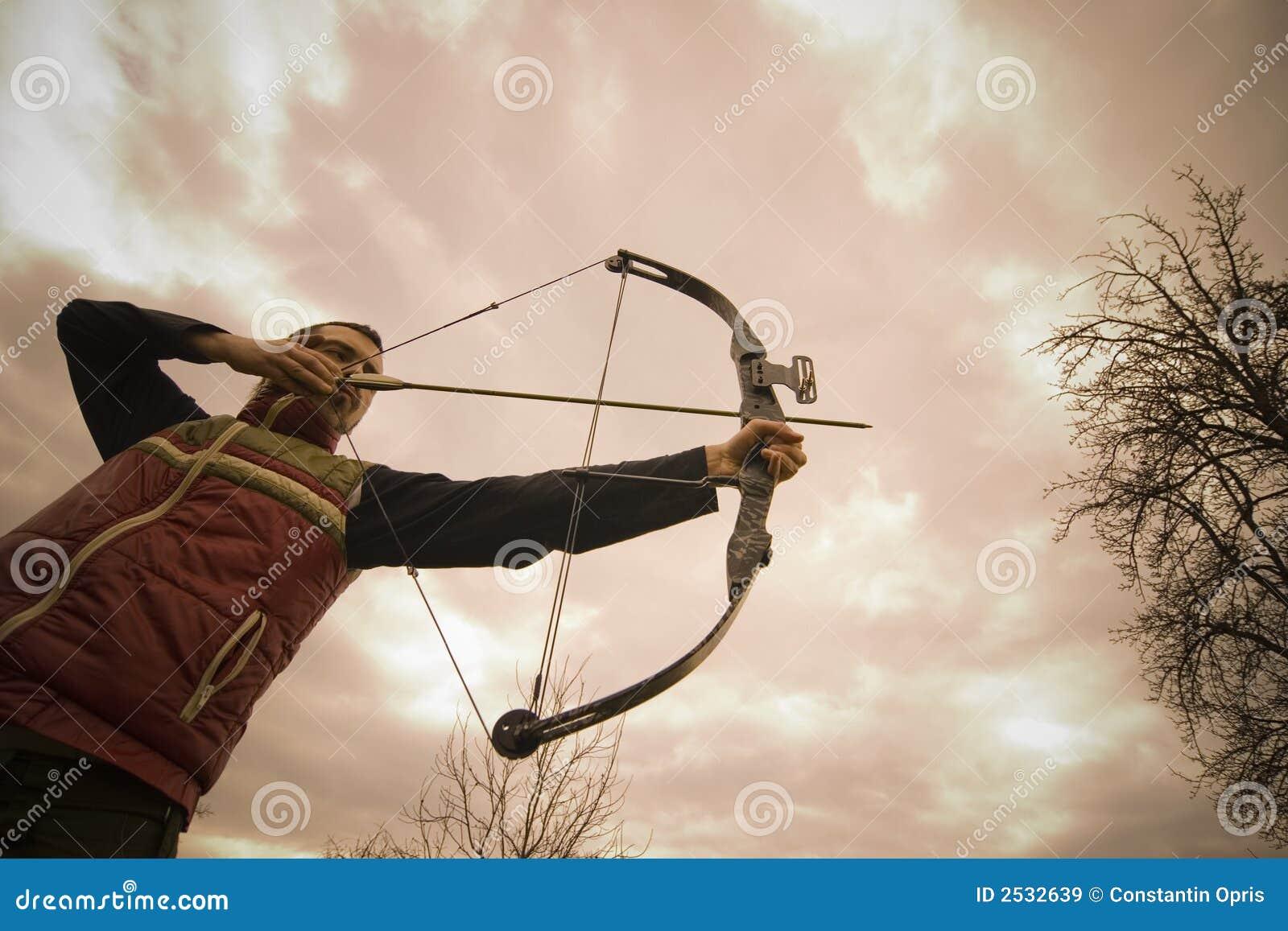 Un archer que tiene como objetivo una blanco