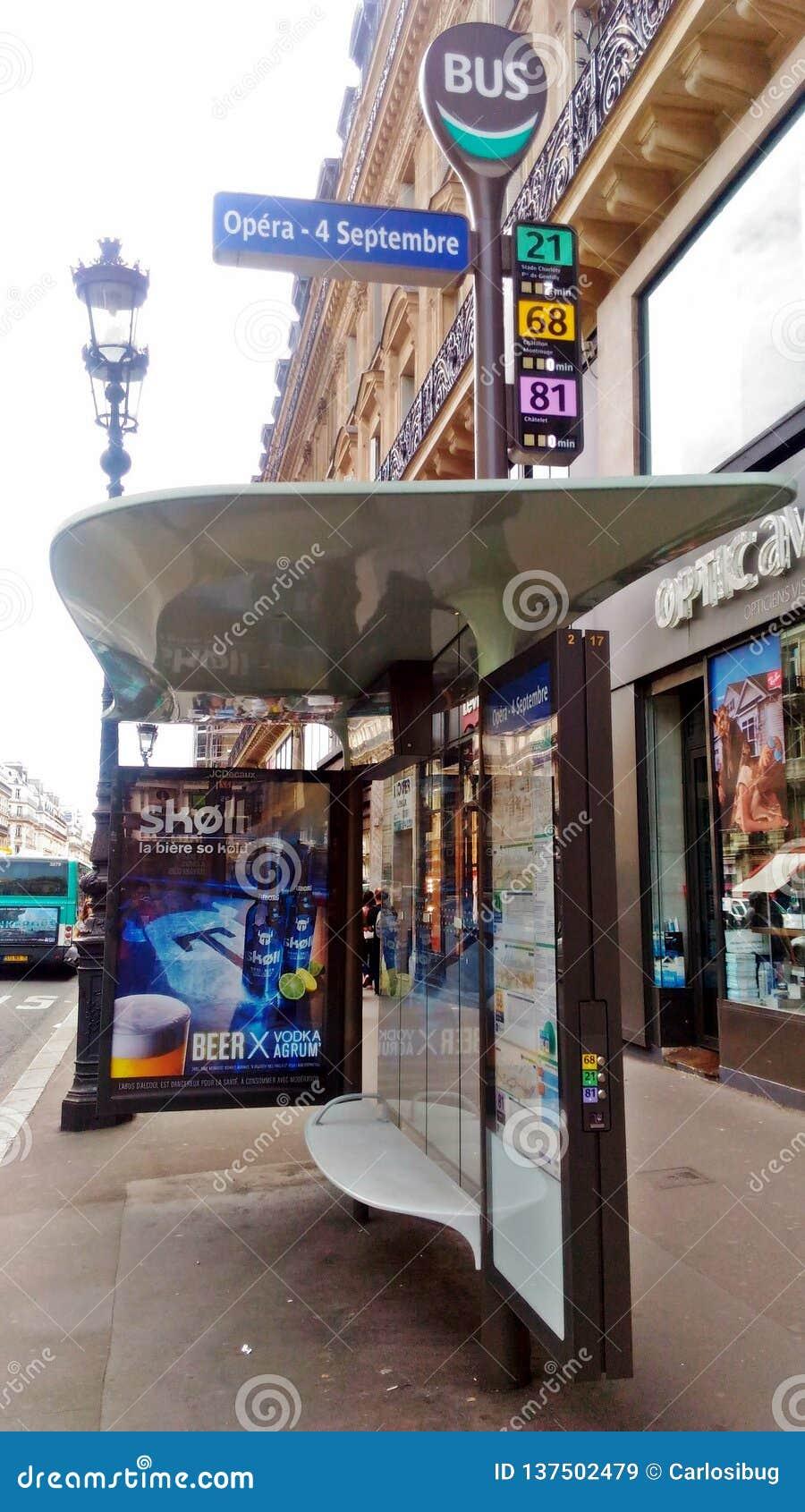 Un arrêt d autobus à Paris