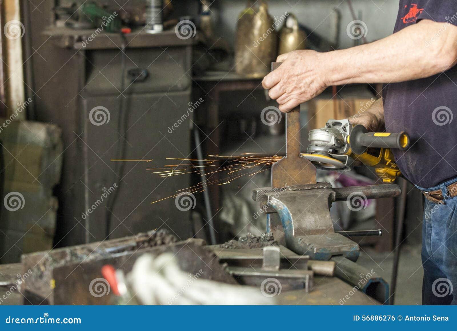 Un artigiano che lavora con un martello e un incudine