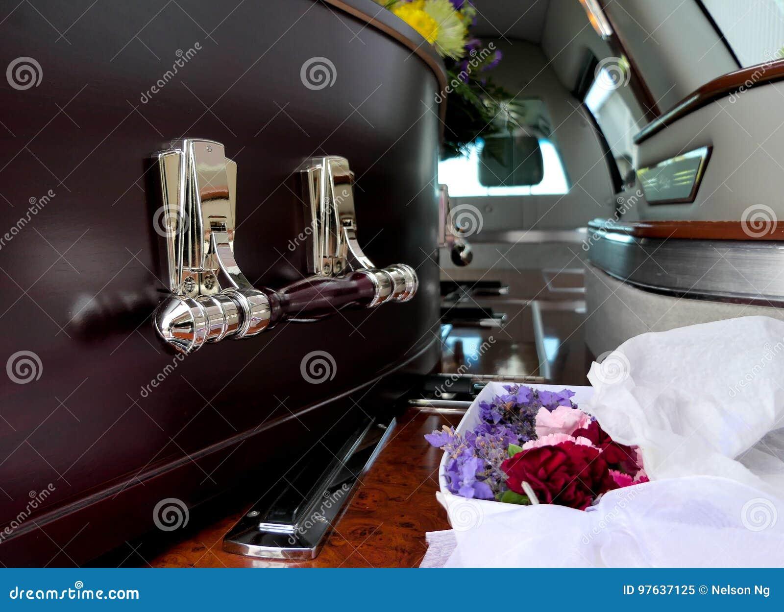 Un ataúd colorido en un coche fúnebre o iglesia antes del entierro