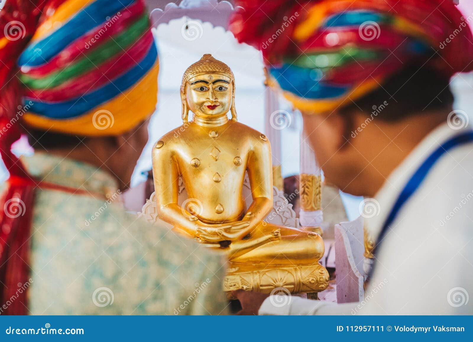 Un autel de monastère avec des divinités de Padmasambhava, de Bouddha et de Mait