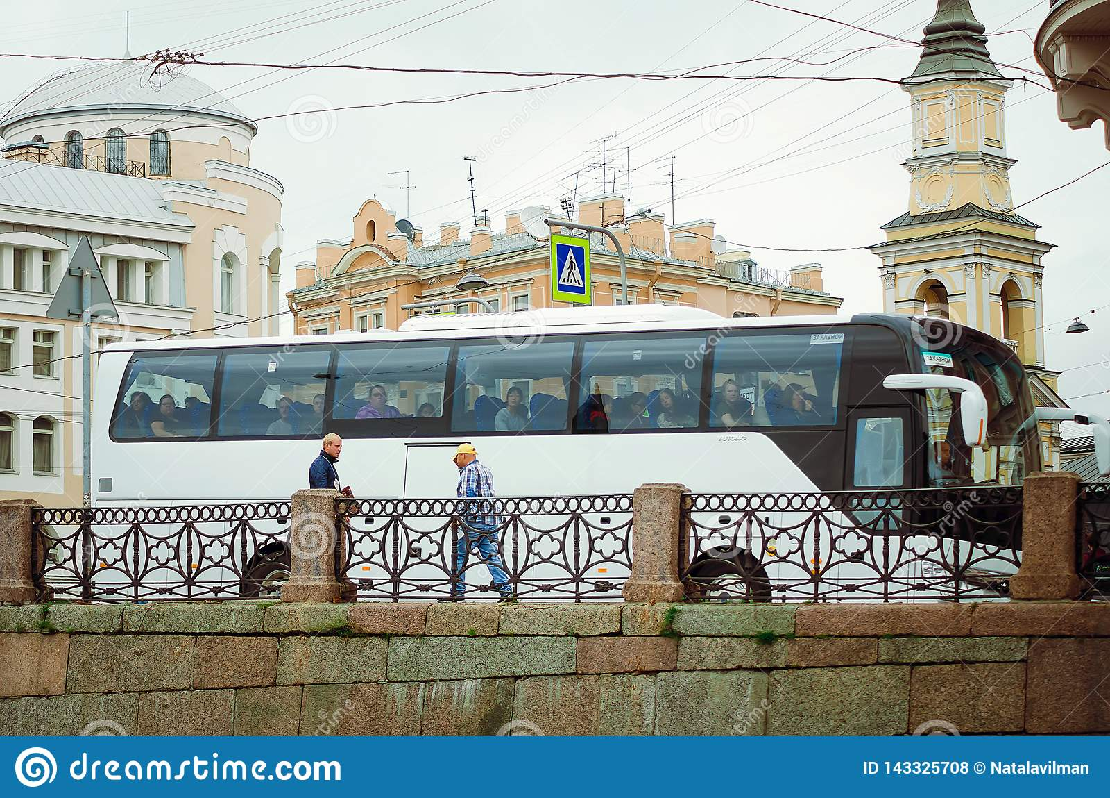 Un autobús con paseos de los turistas sobre el puente en St Petersburg