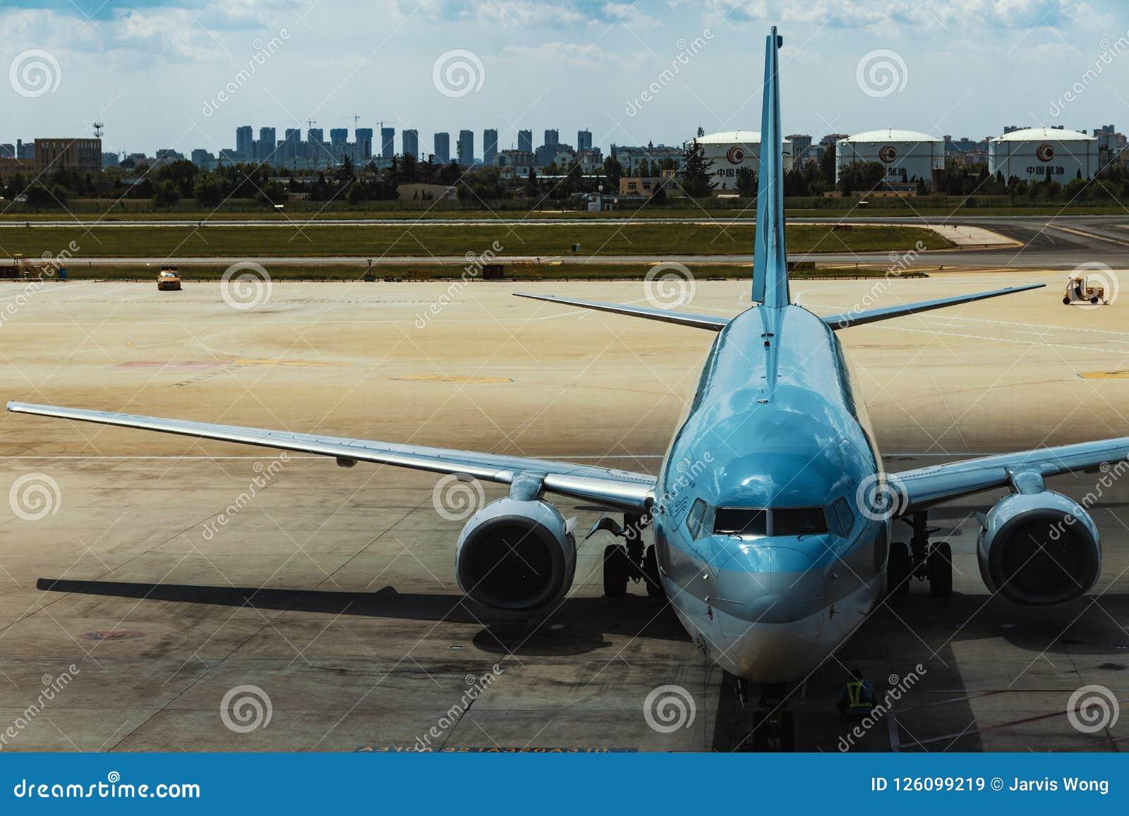Un avion civil dans l aéroport