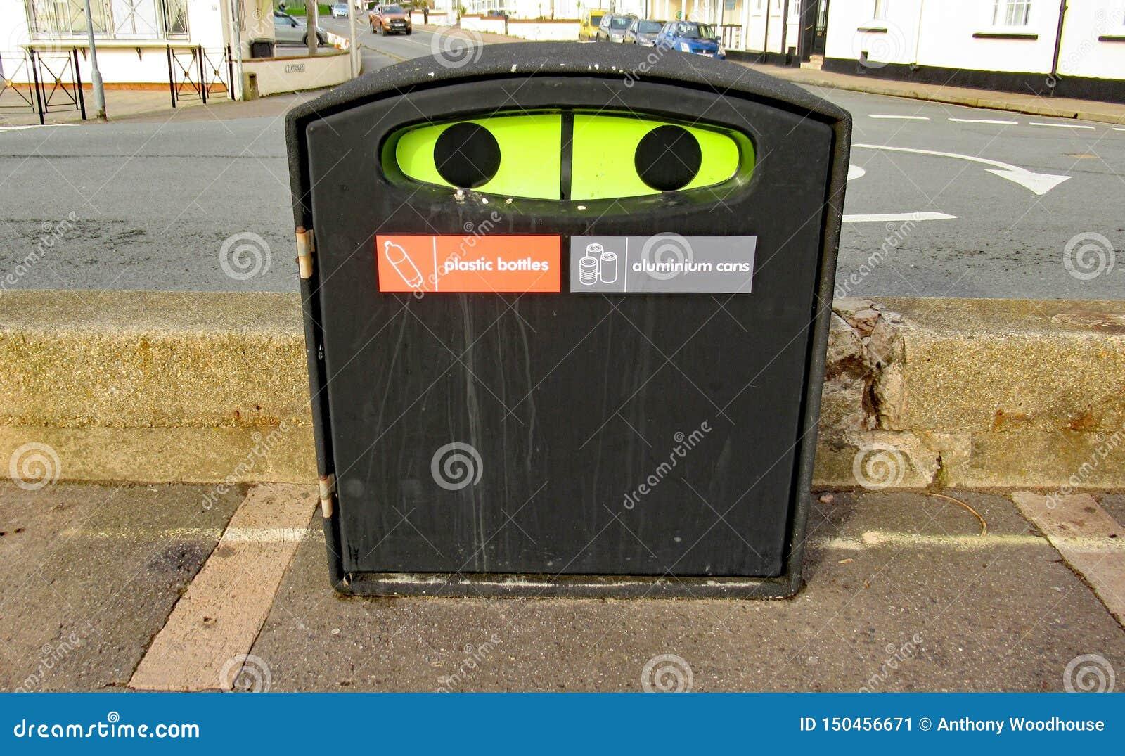 Un bac de recyclage en plastique de bouteille et de boîte d aluminiun sur l esplanade dans Sidmouth, Devon
