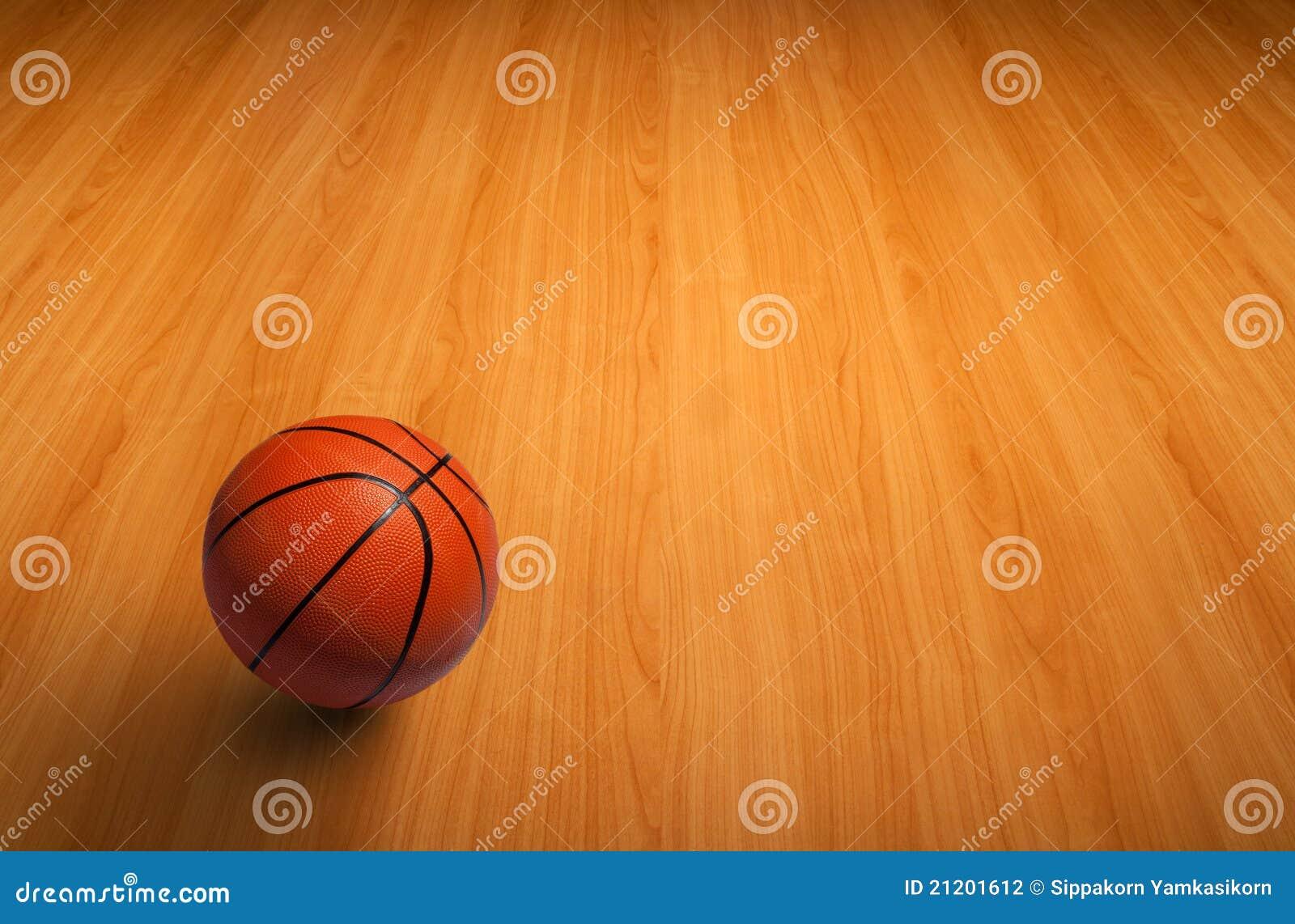 Un baloncesto en suelo de madera