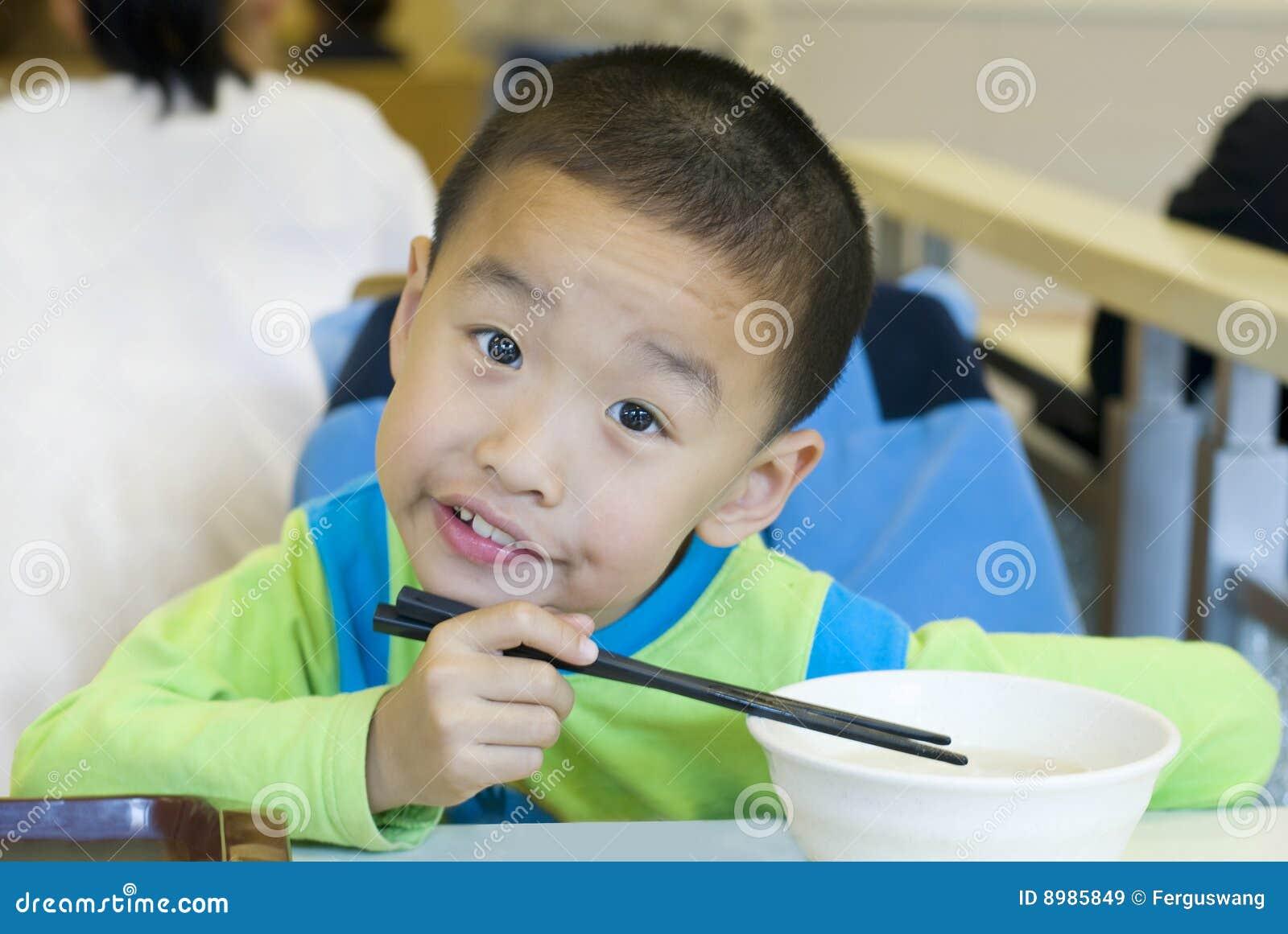 Un bambino cinese ha prima colazione immagine stock for Colazione cinese