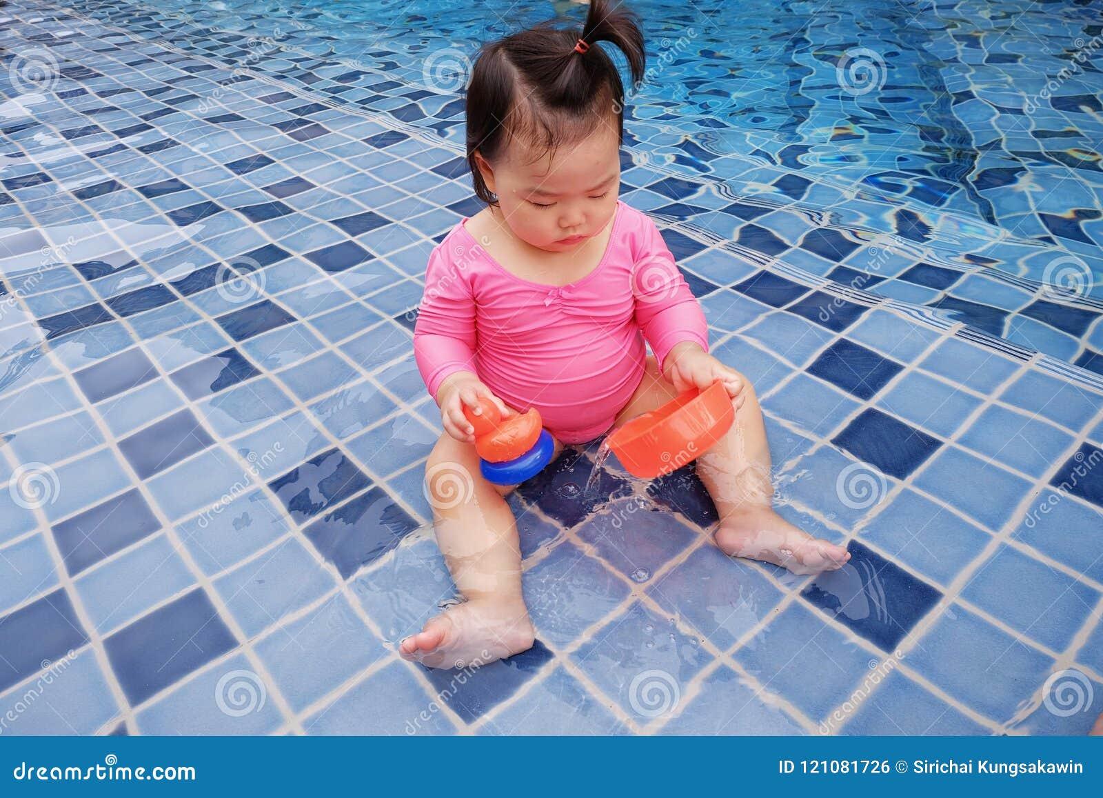 Costumi Da Bagno Per Bambino : Un bambino in costume da bagno rosa fotografia stock immagine di