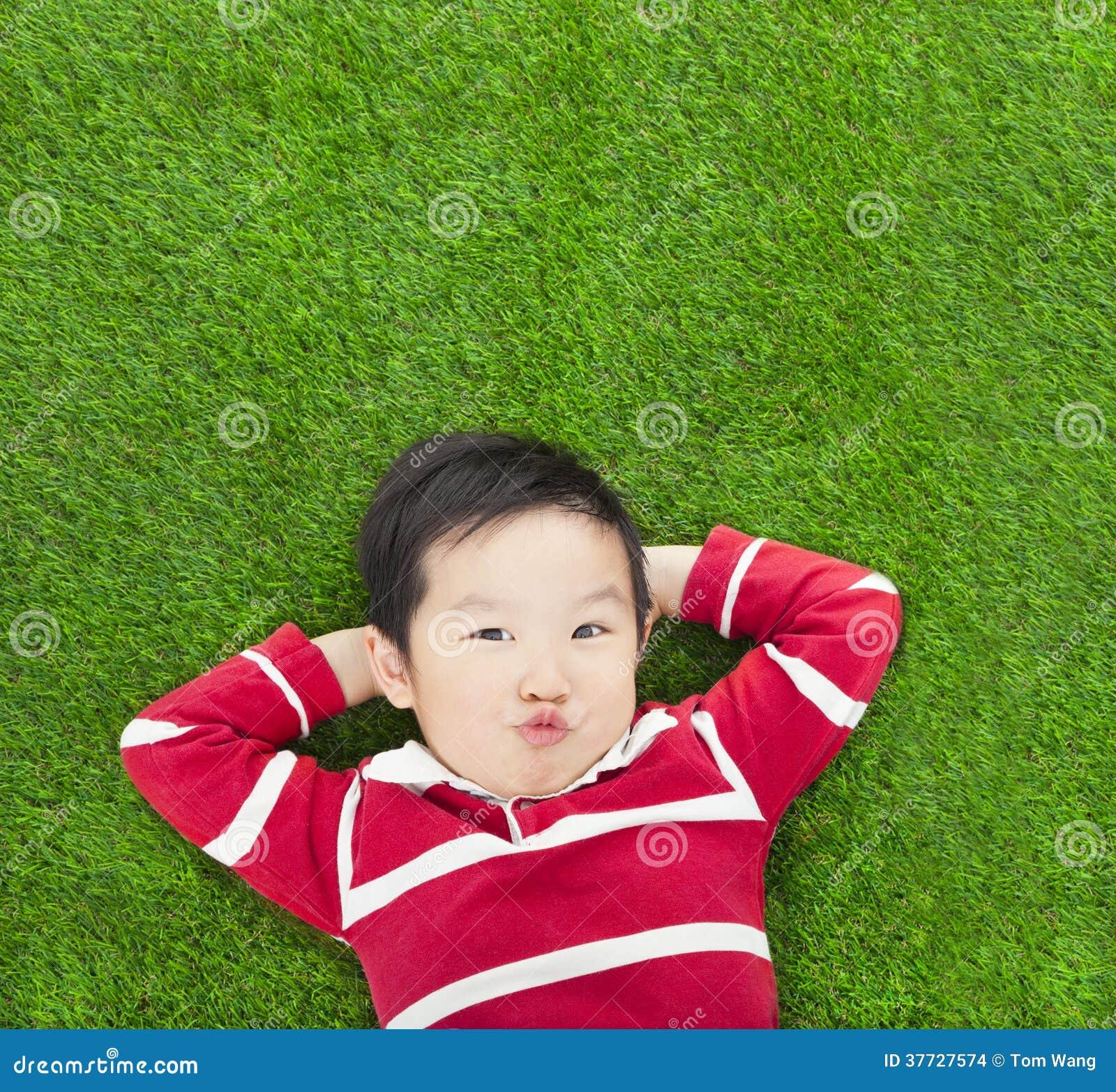 Un bambino di espressione di parodia che si trova e che giudica il suo