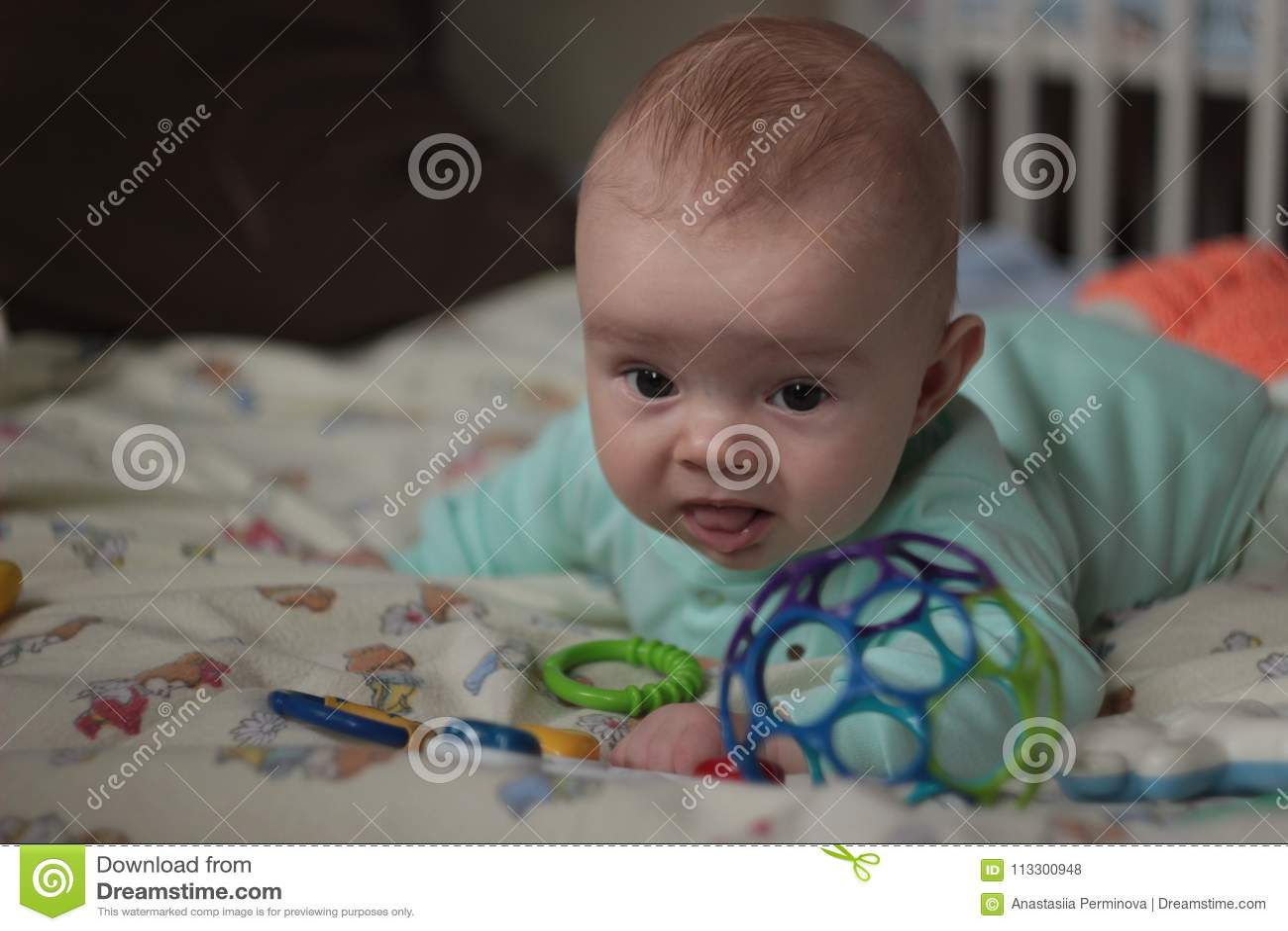 4014b888c8 Un Bambino Di 5 Mesi Che Gioca Con I Giocattoli Fotografia Stock ...
