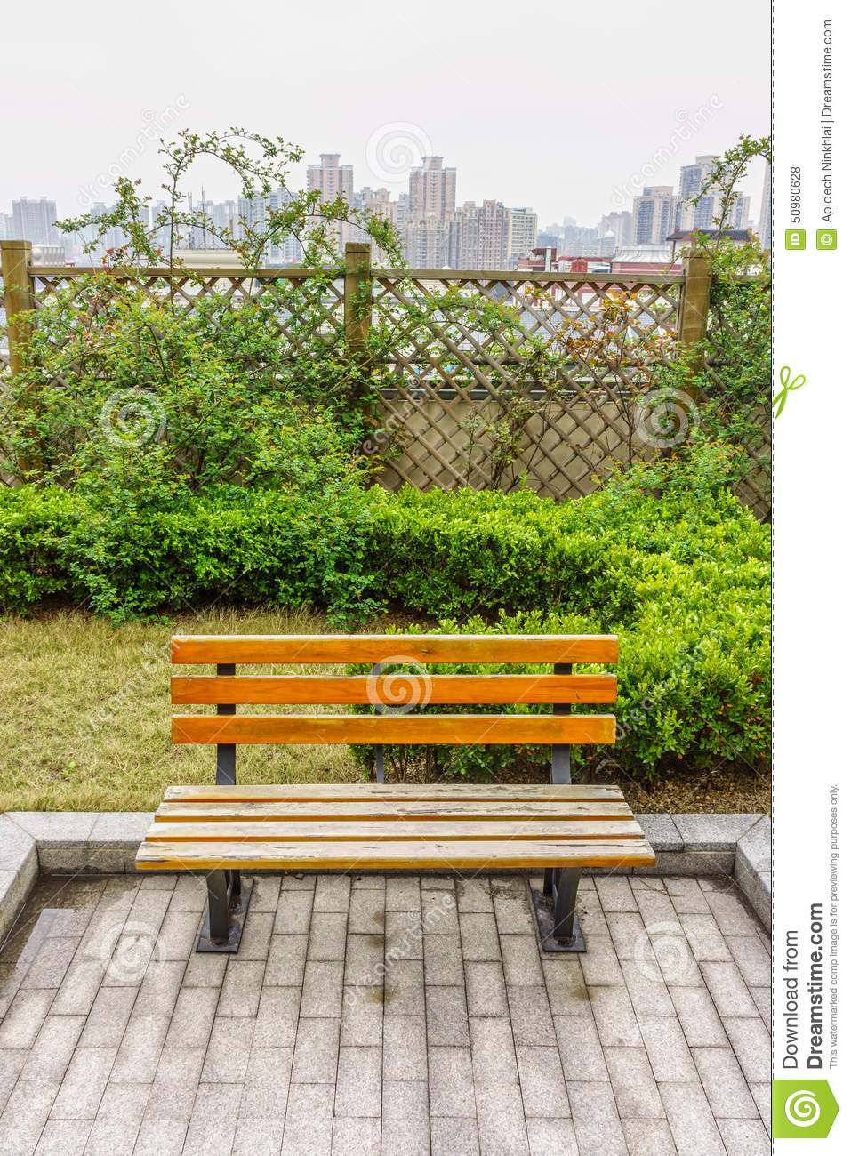 un banc en bois dans un jardin sur la terrasse de toit photo stock image 50980628. Black Bedroom Furniture Sets. Home Design Ideas