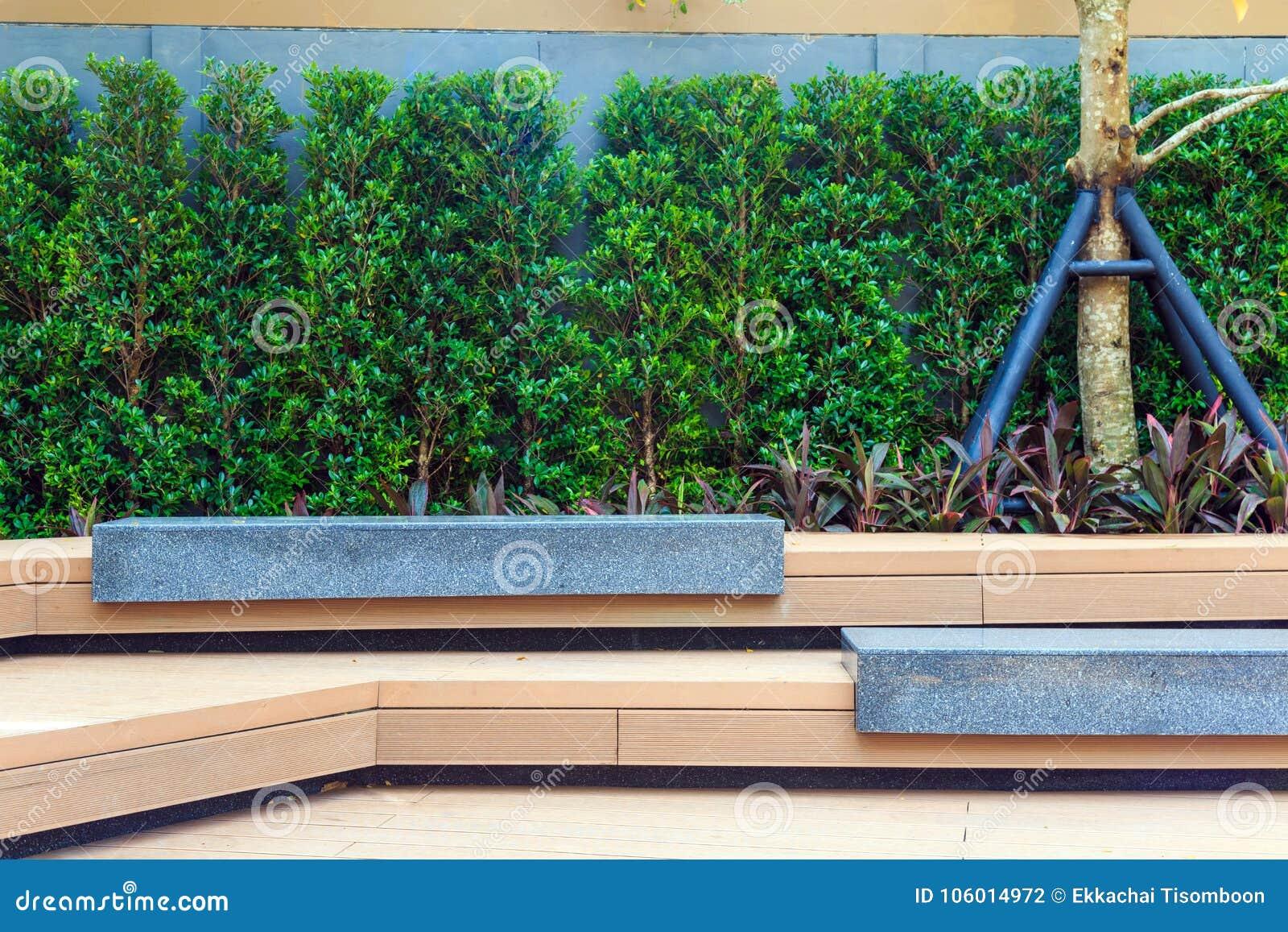 un banc en pierre moderne sous l'arbre dans le jardin photo stock