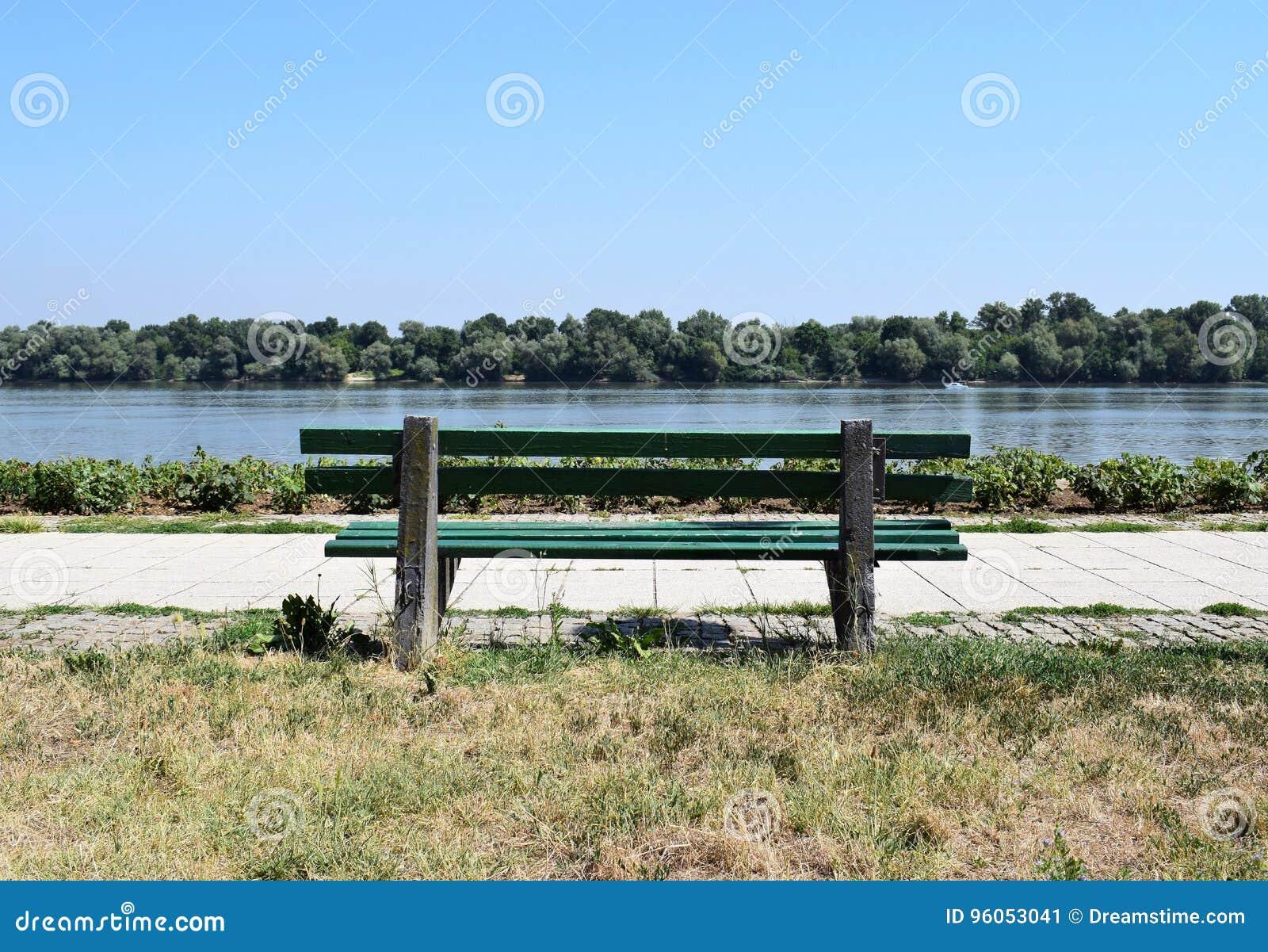 Un banc par la rivière