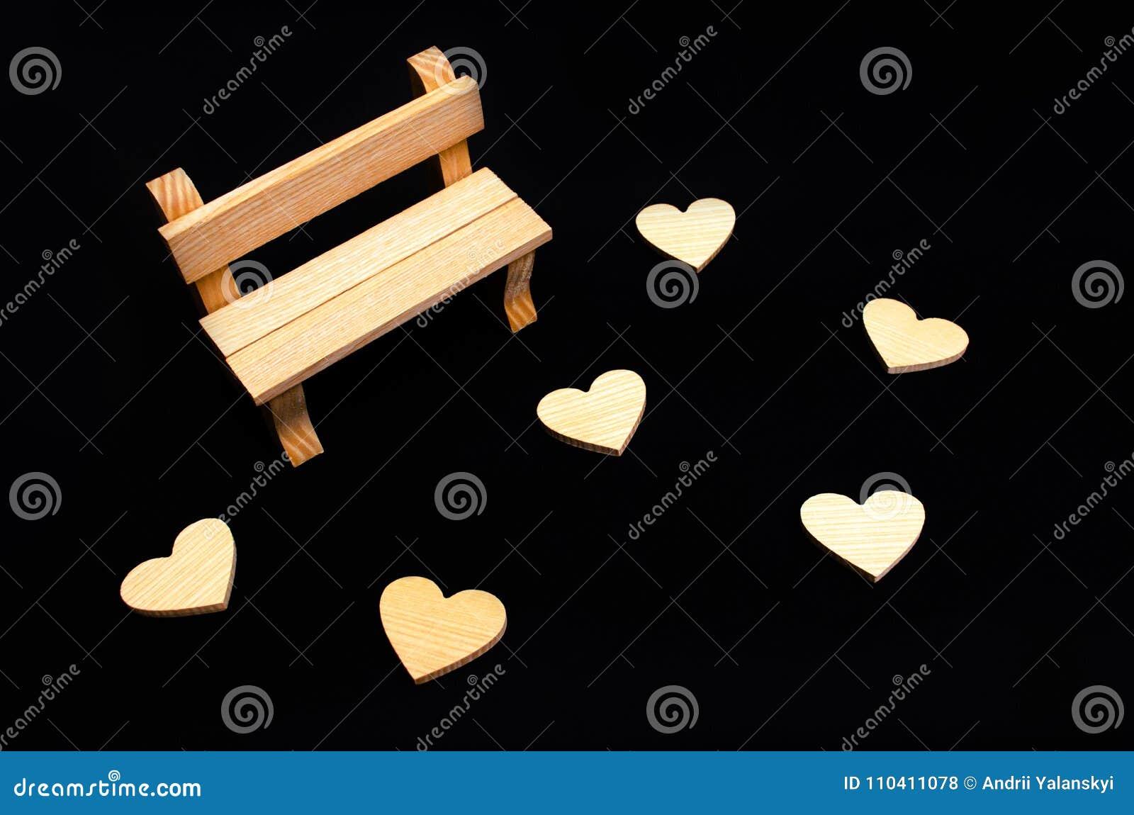 Un banco de madera y corazones Un lugar para los amantes que visitan Vacie sea
