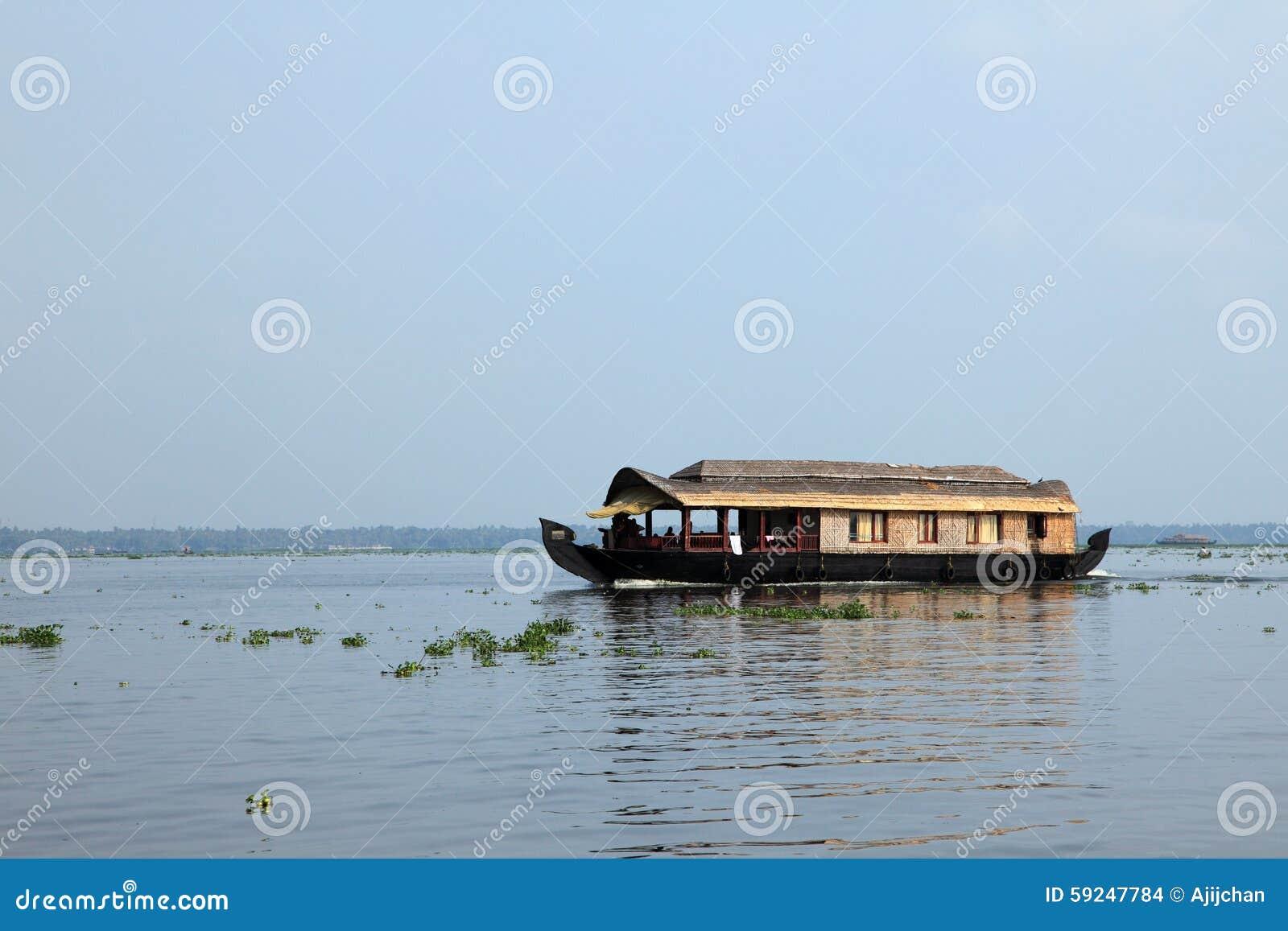 Un barco de casa transporta a turistas alrededor de los remansos
