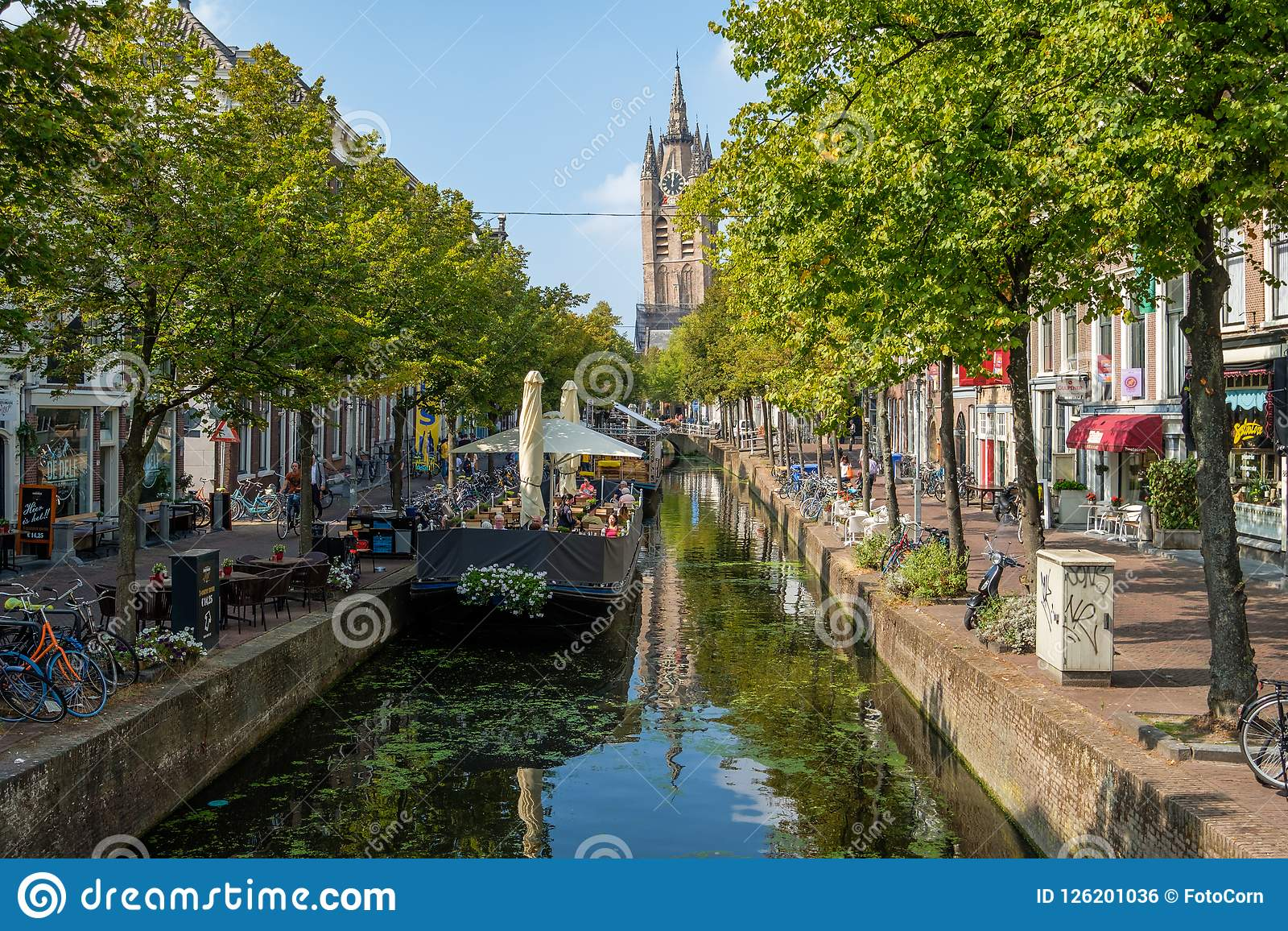 Un barco de la terraza en un canal histórico con vistas a inclinarse a