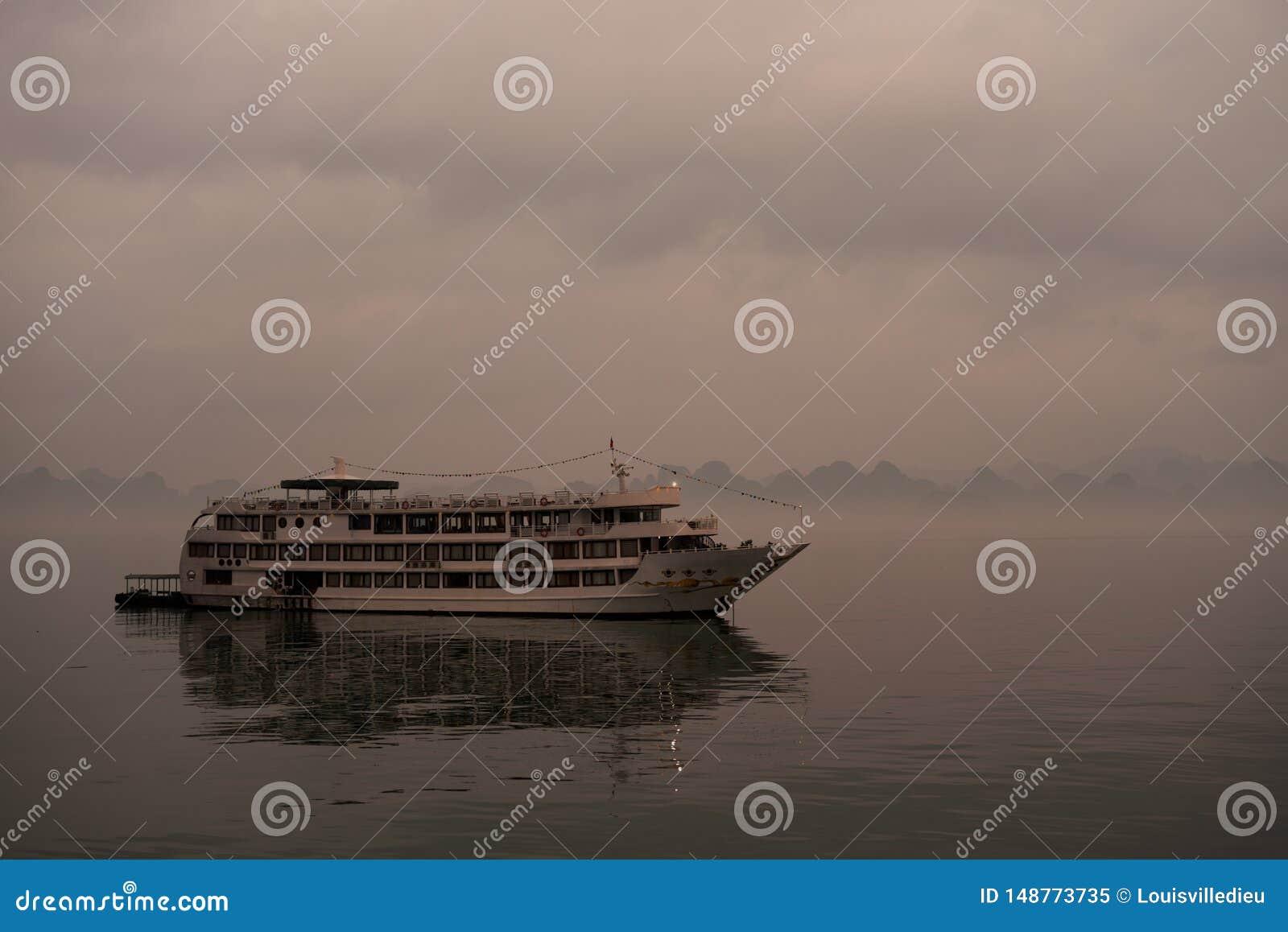 Un barco de la traves?a en la bah?a de Halong