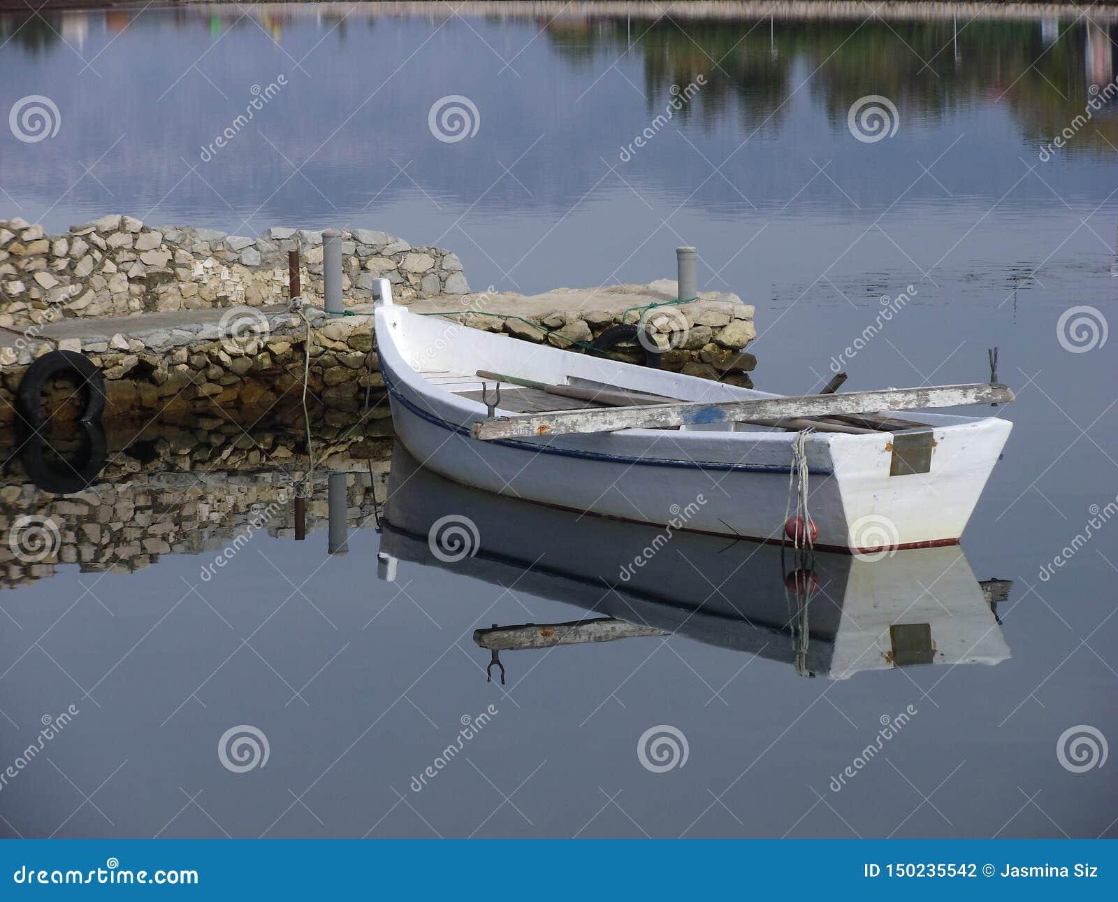 Un barco de pesca de madera viejo, Dalmacia