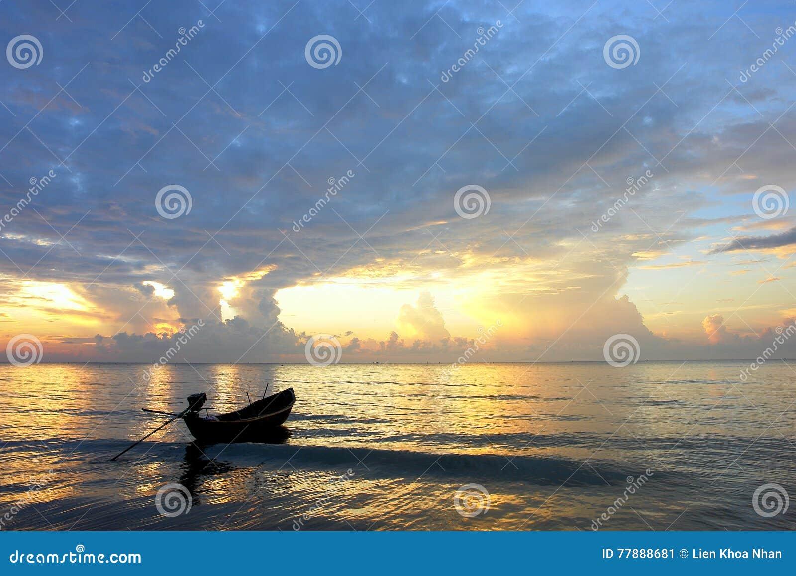 Un Barco Emty En El Amanecer Foto de archivo