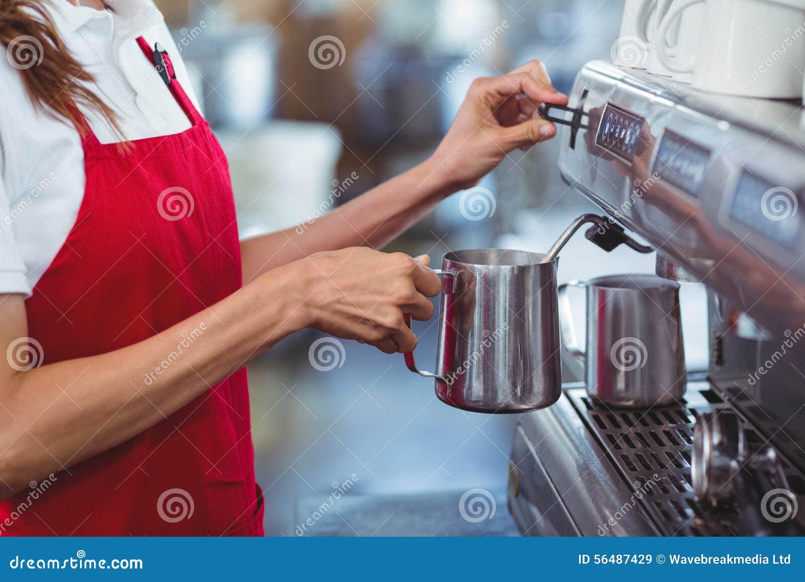 Un barman utilisant la machine de café