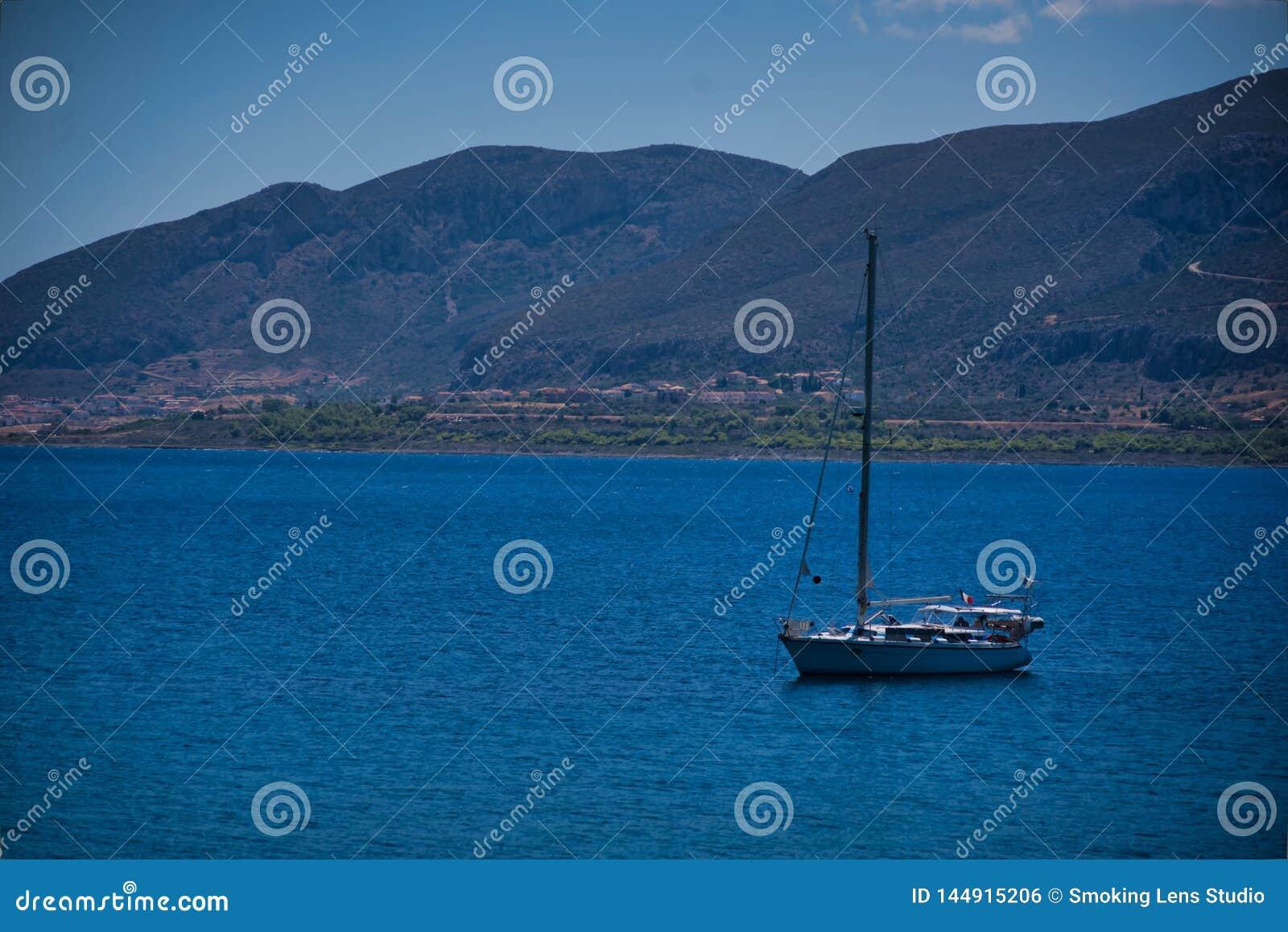 Un bateau à la mer dans Monemvassia