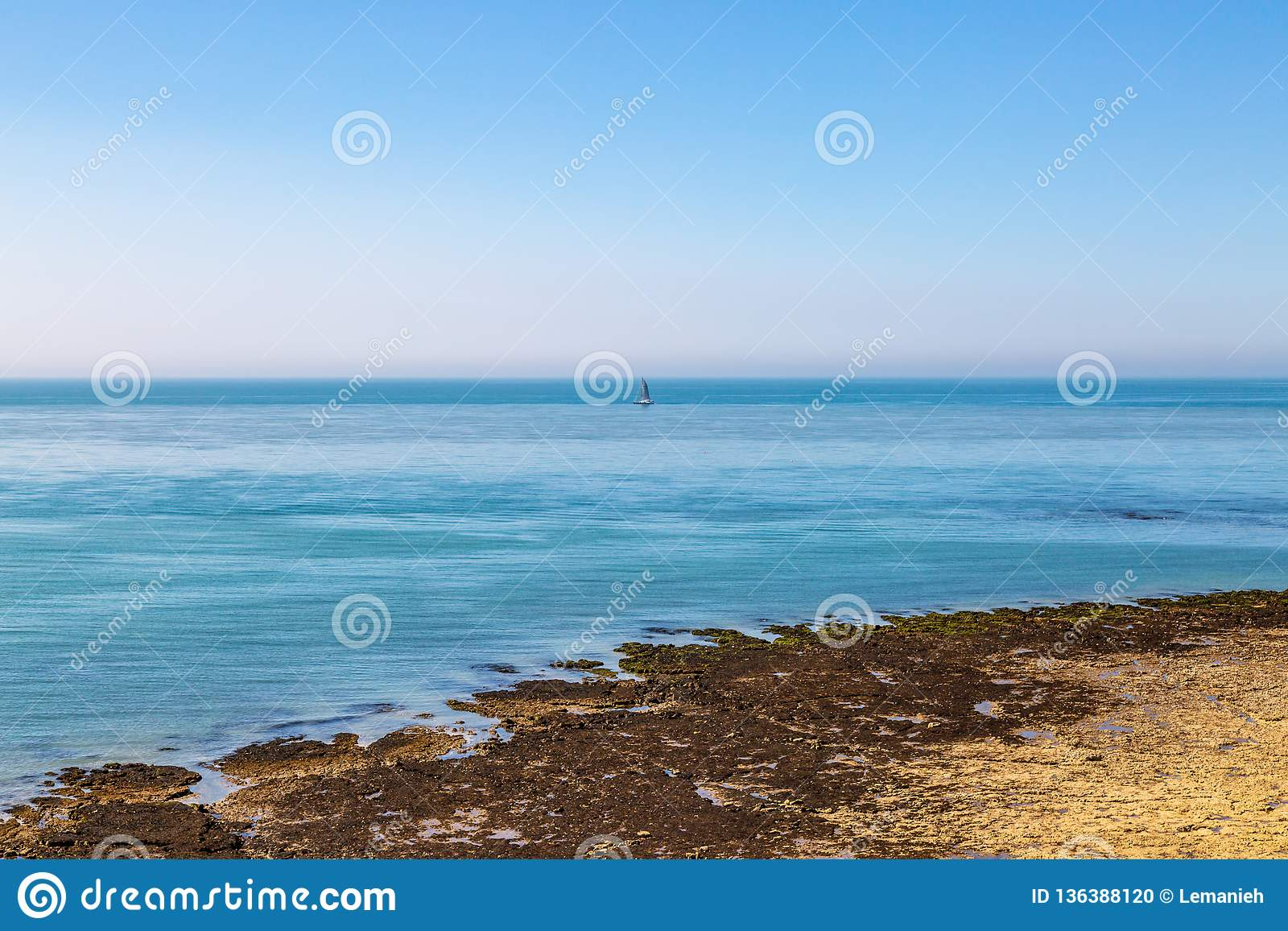 Un bateau à voile sur la mer calme outre de la côte du Sussex