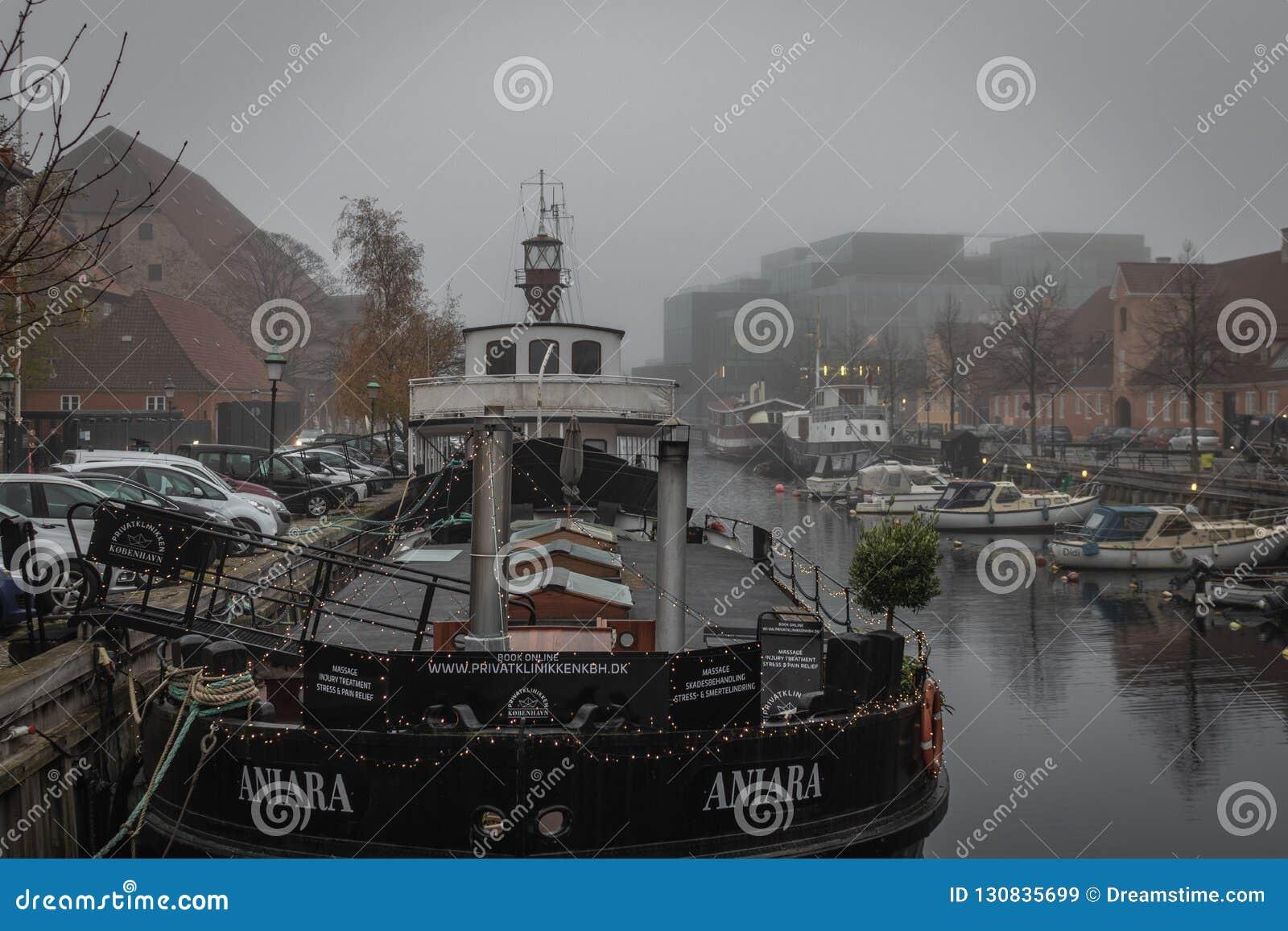 Un bateau de clinique accouplé au kanal de Frederiksholms à Copenhague