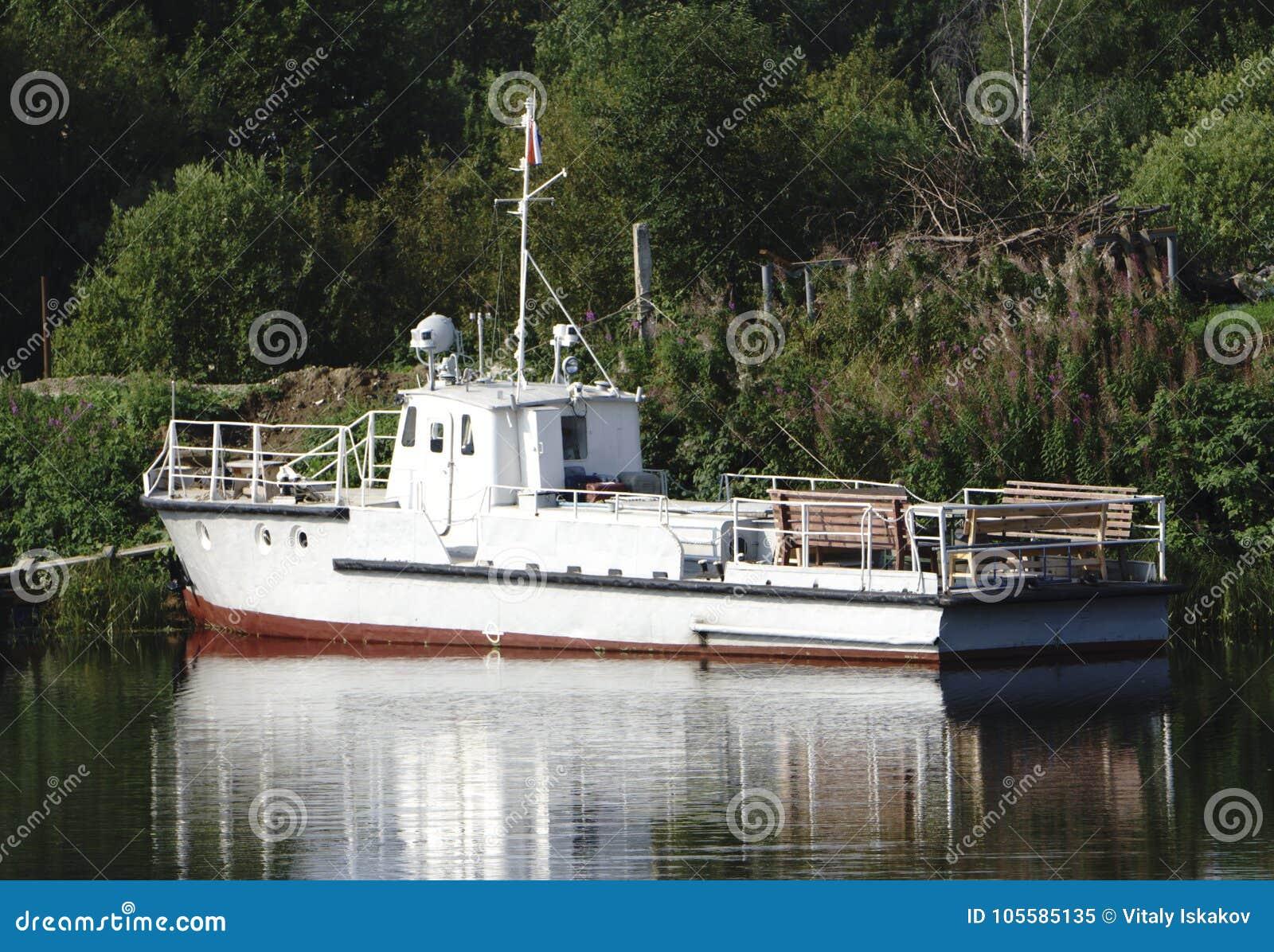 Un bateau de traction subite garé au rivage
