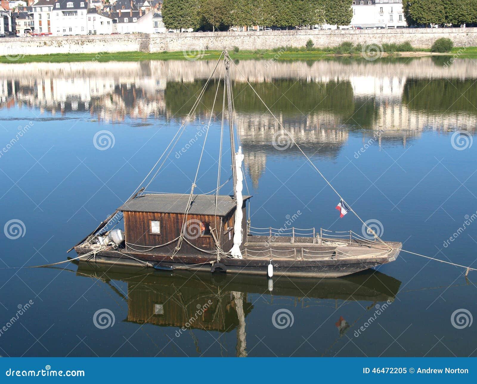 un bateau fond plat fran ais traditionnel photo stock image 46472205. Black Bedroom Furniture Sets. Home Design Ideas