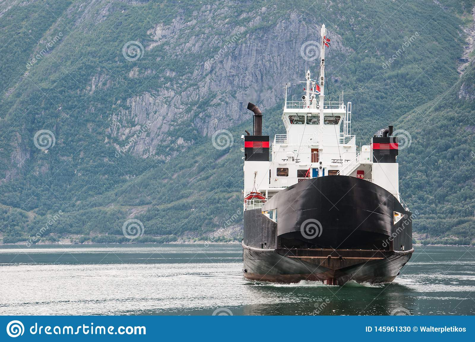 Un bateau sur un fjord norvégien