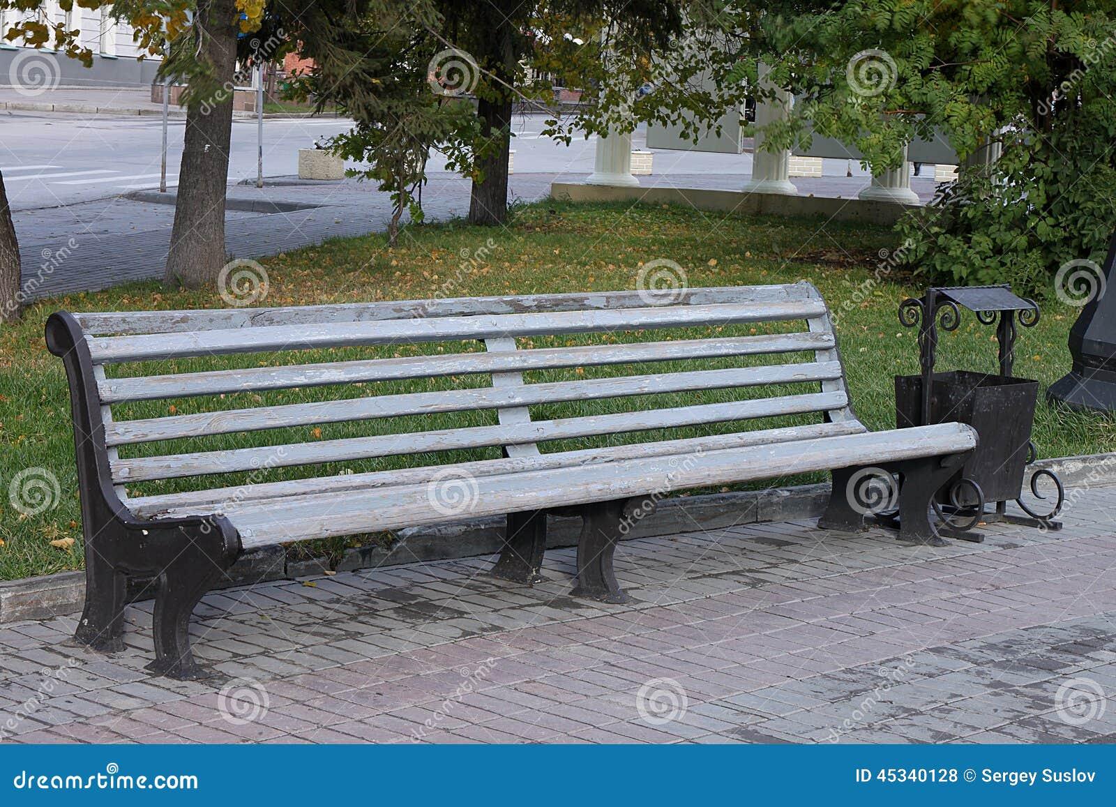 un beau banc en parc d 39 automne photo stock image 45340128. Black Bedroom Furniture Sets. Home Design Ideas