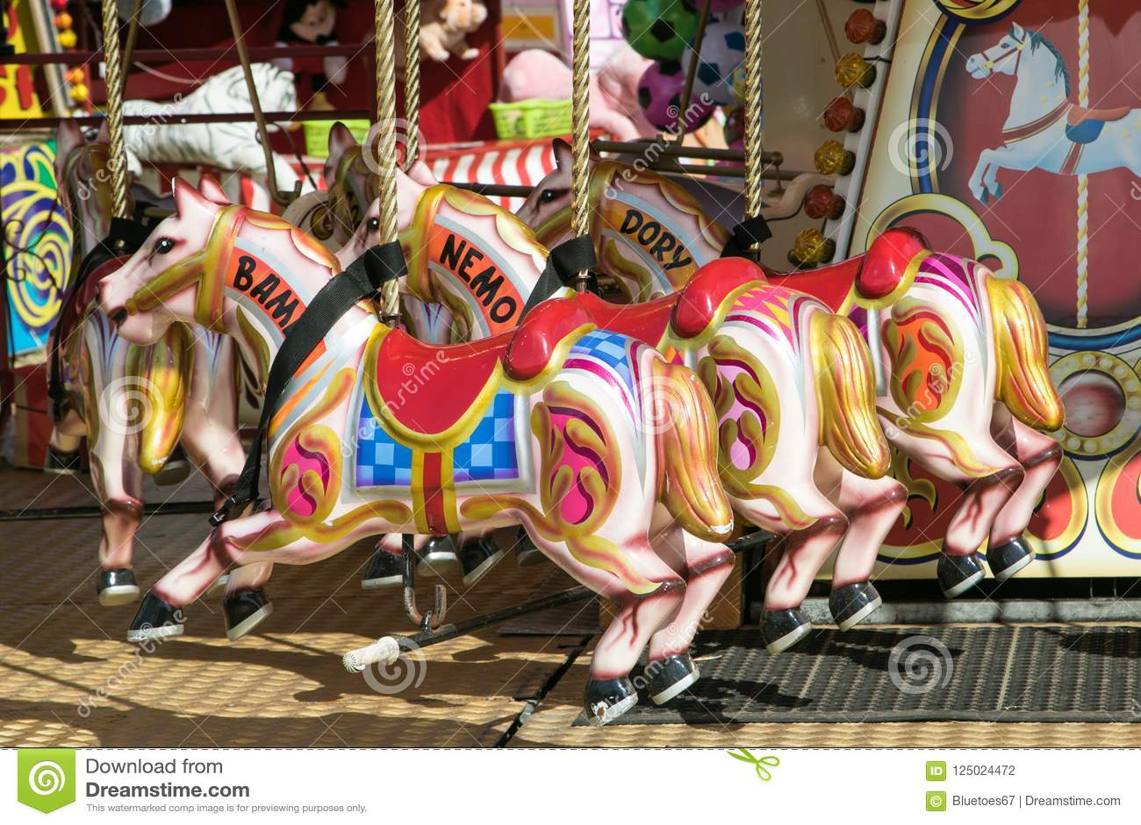 Un beau carrousel coloré à la vapeur de Dorset juste
