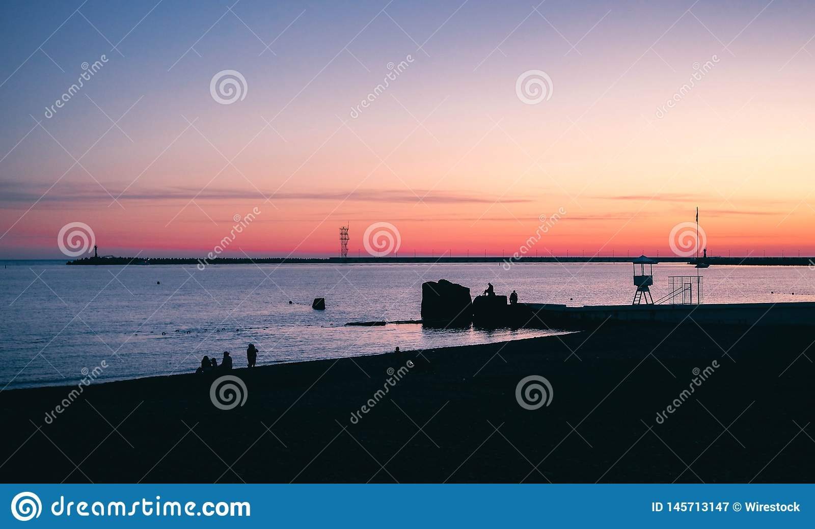 Un beau coucher du soleil dans une ville c?ti?re