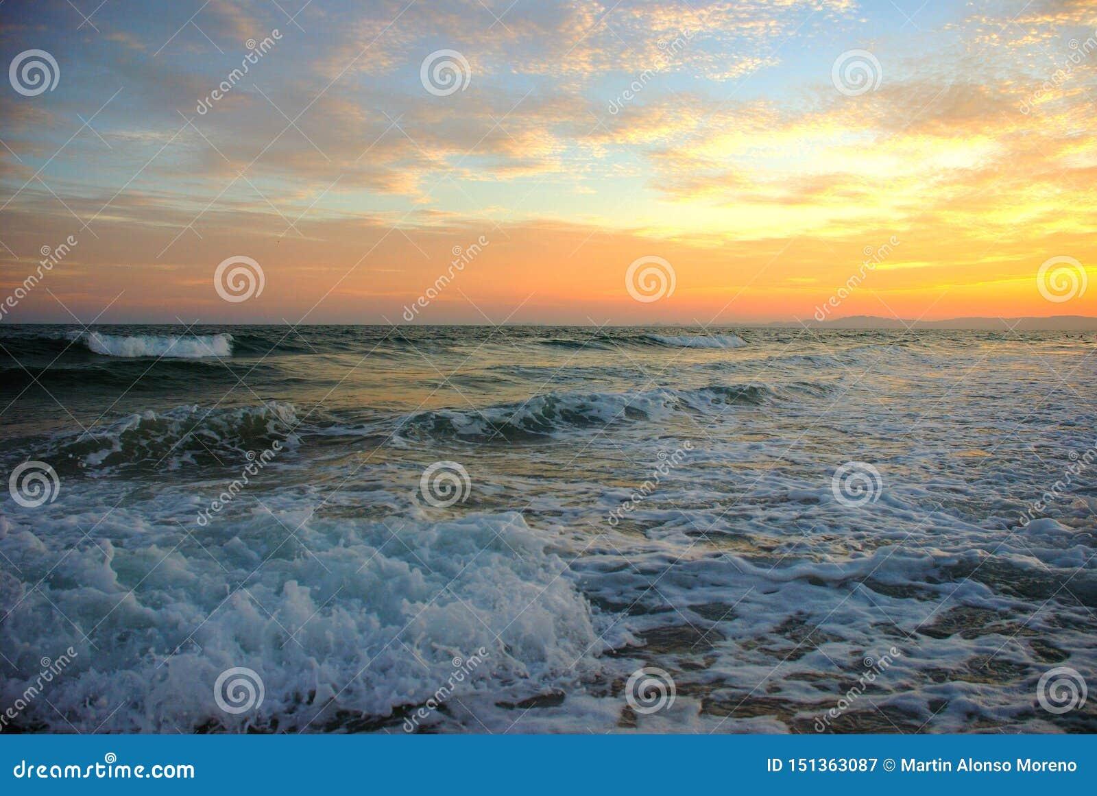 Un beau coucher du soleil sur la plage de San Carlos Sonora