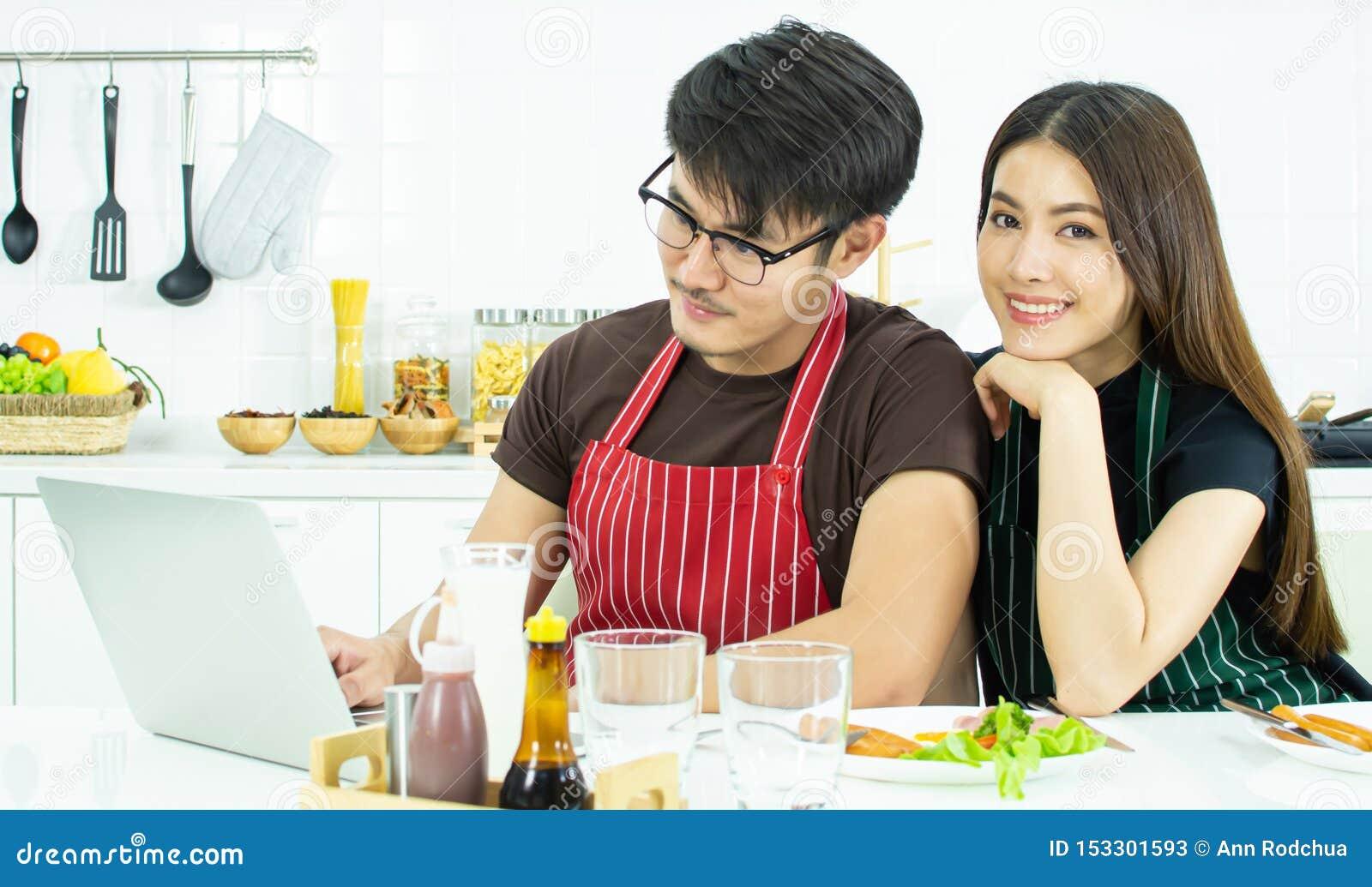 Un beau couple prenant le petit déjeuner tout en travaillant pendant le matin