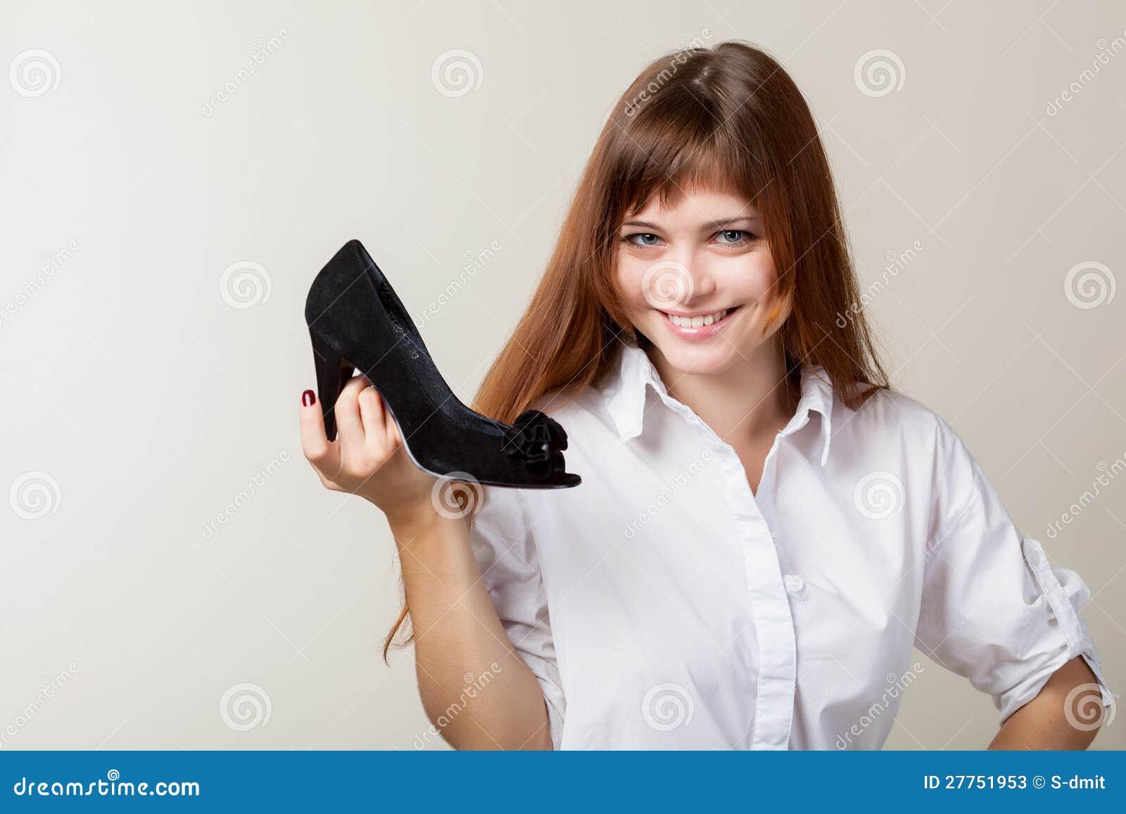 Un beau femme avec une chaussure