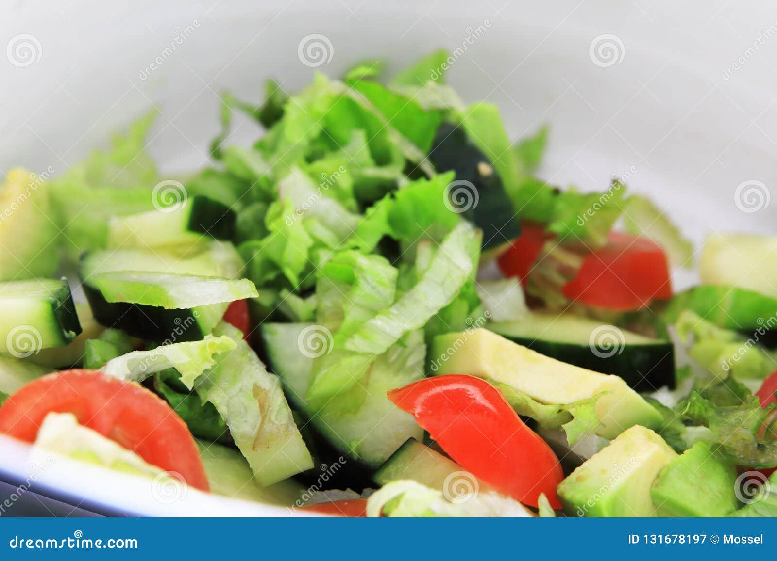 Un beau, frais seau de salades donne à un repas l équilibre essentiel pour alimenter un corps affamé Tomates, concombre, avacado