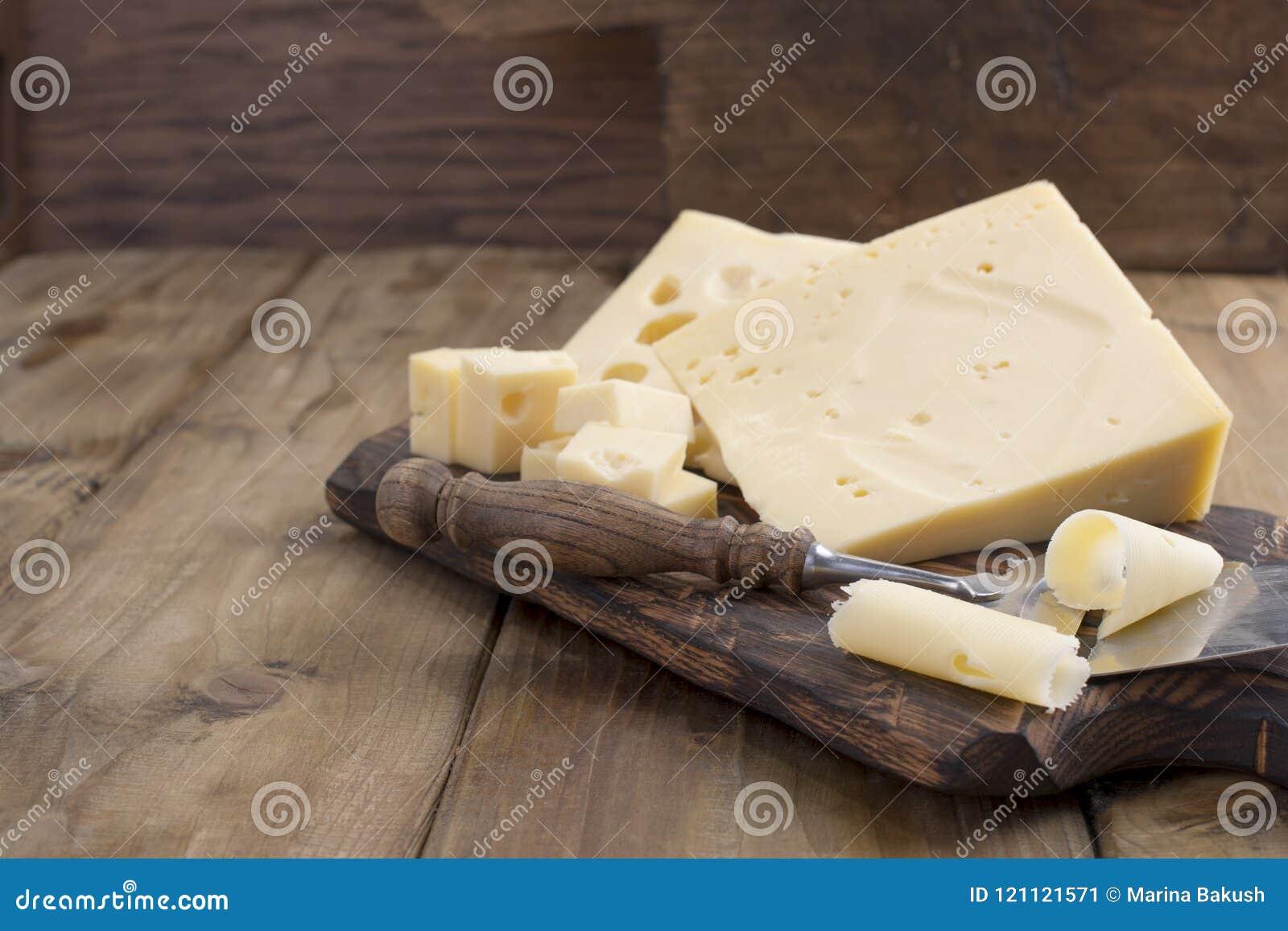 Un beau fromage suisse avec des trous, des laitages utiles Nourriture savoureuse Photo de style campagnard Place pour le texte Co