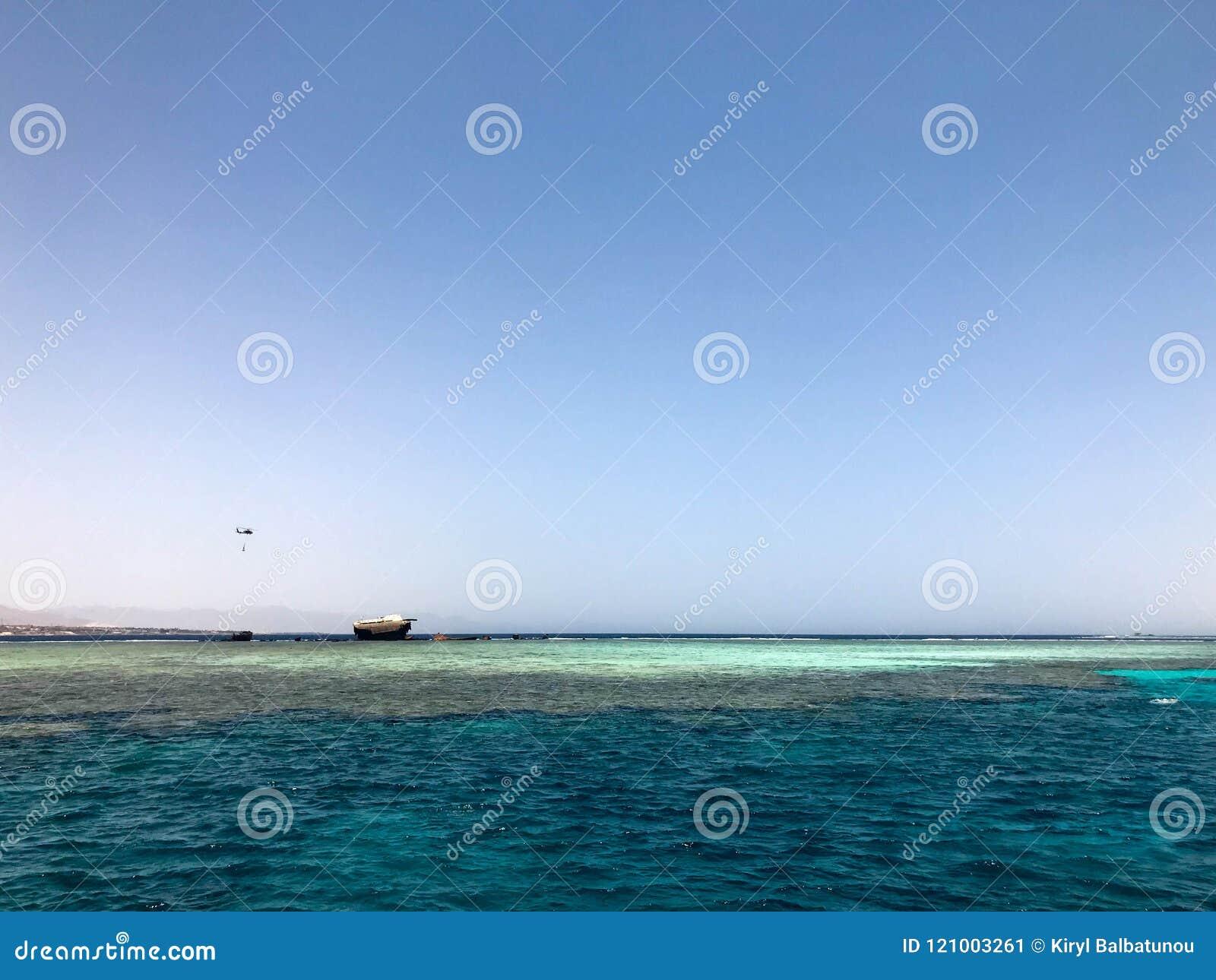 Un beau paysage marin donnant sur la mer bleue de sel sur la station balnéaire tropicale et le site d épave d un bateau, un batea