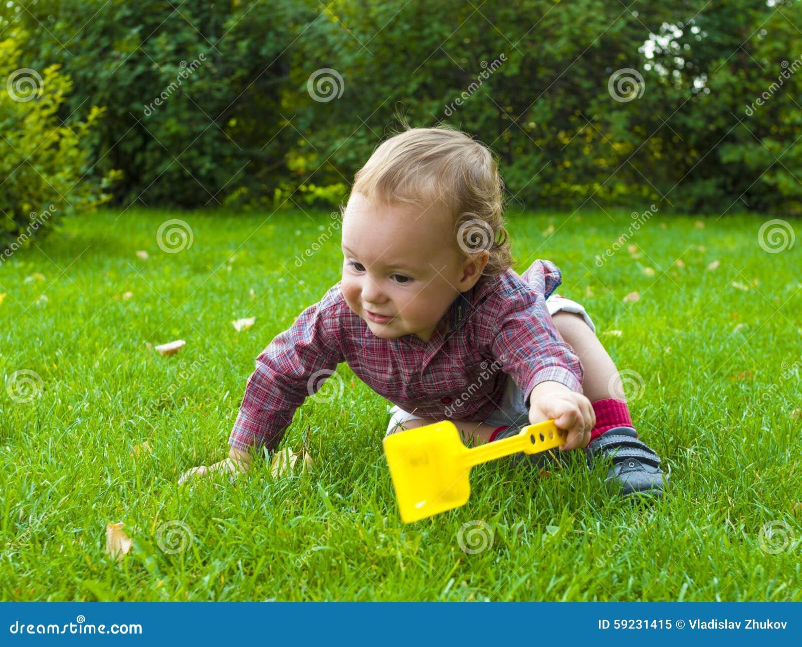 Download Un Bebé Que Se Arrastra En La Hierba Imagen de archivo - Imagen de familia, felicidad: 59231415