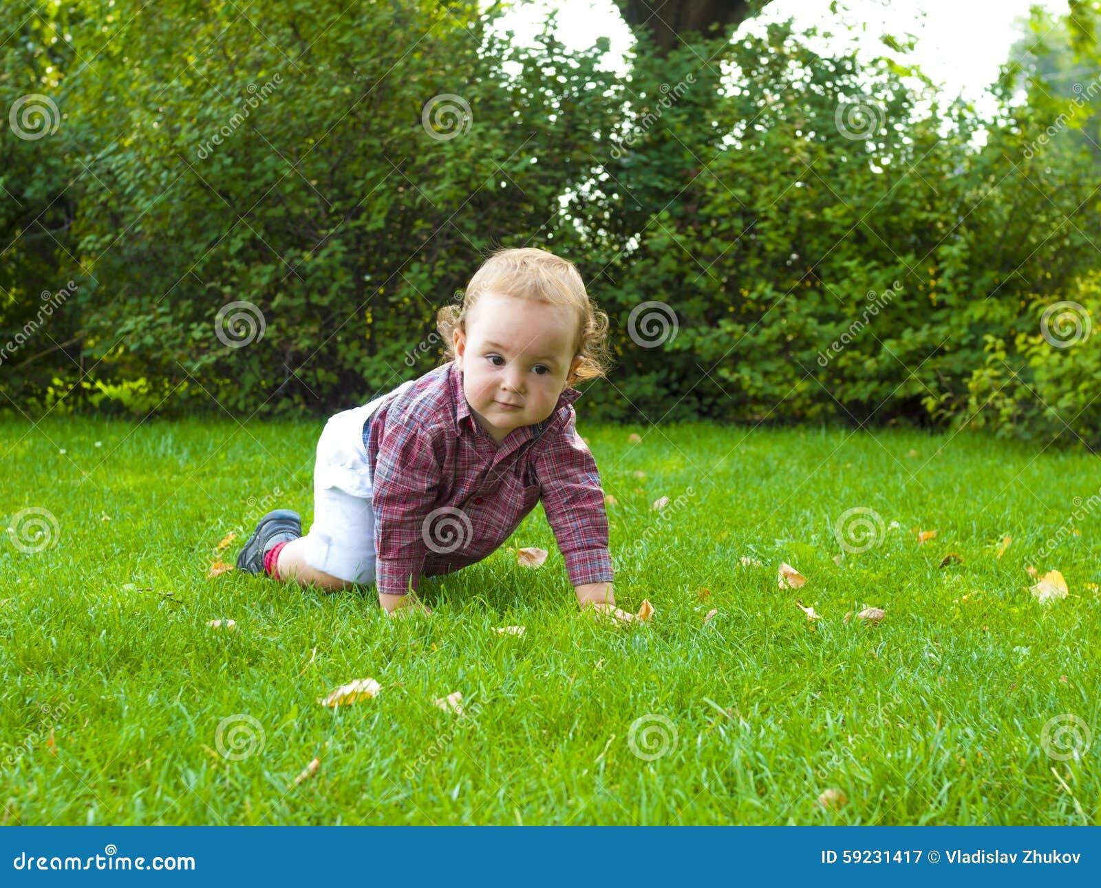 Download Un Bebé Que Se Arrastra En La Hierba Imagen de archivo - Imagen de día, alegre: 59231417