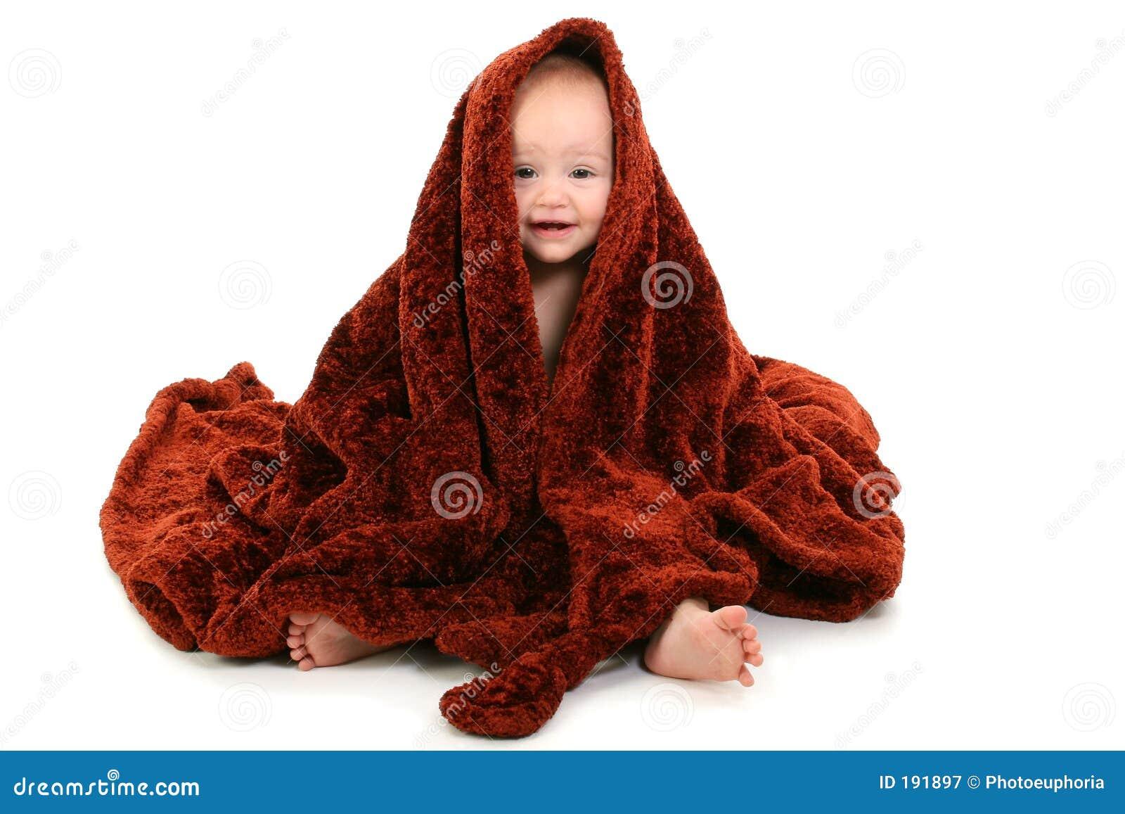 Un bello bambino di 10 mesi spostato in coperta sfocata del Brown