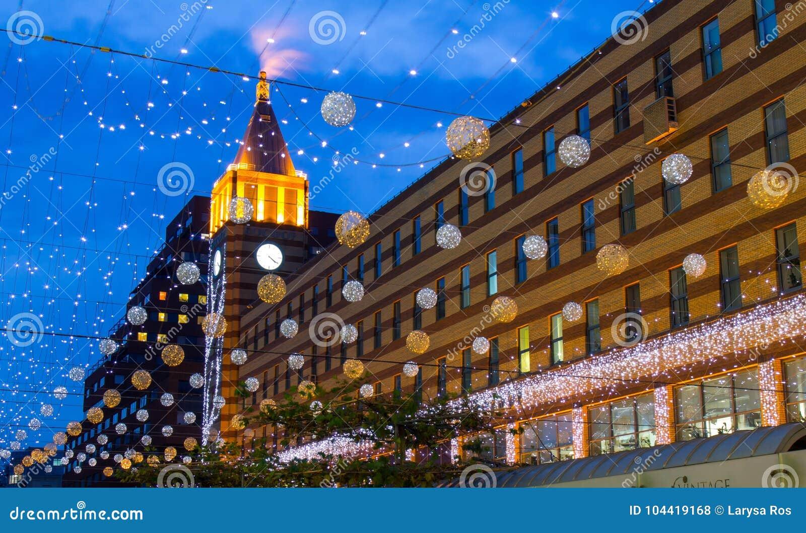 Un bello boulevard con illuminazione festiva decorata con le