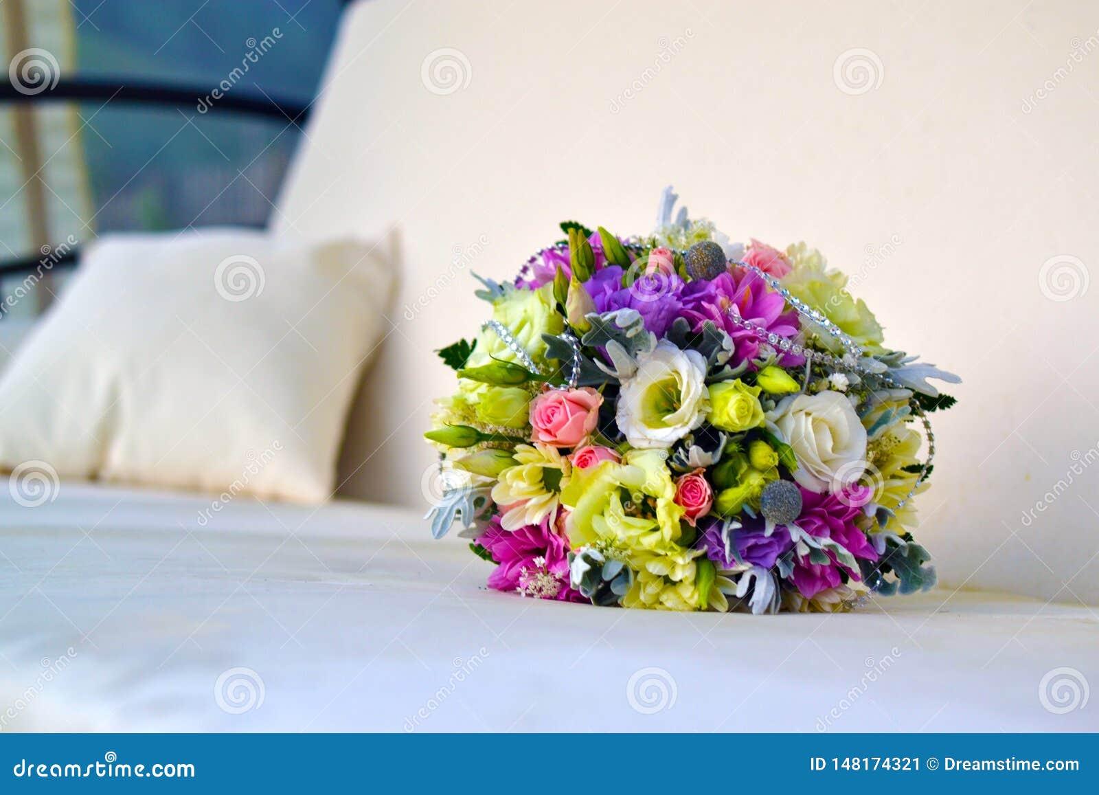Un bello mazzo dei fiori di nozze di colore