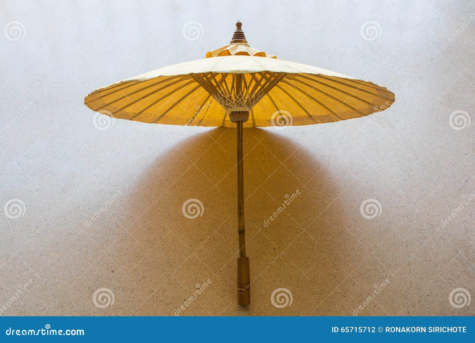 Un bello ombrello di legno fotografia stock immagine di