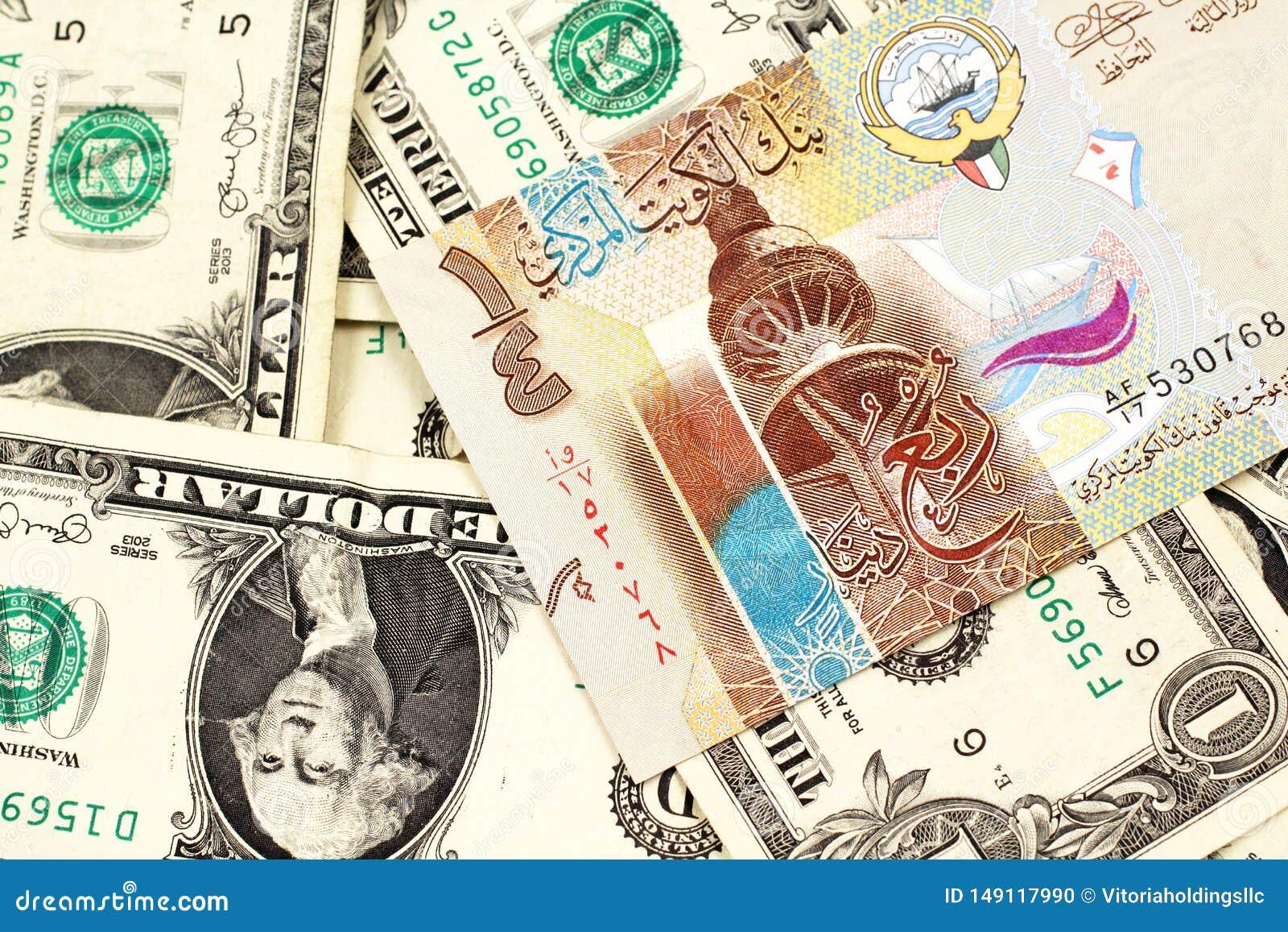 Un billete de banco del dinar de Kuwait con los billetes de dólar del americano uno
