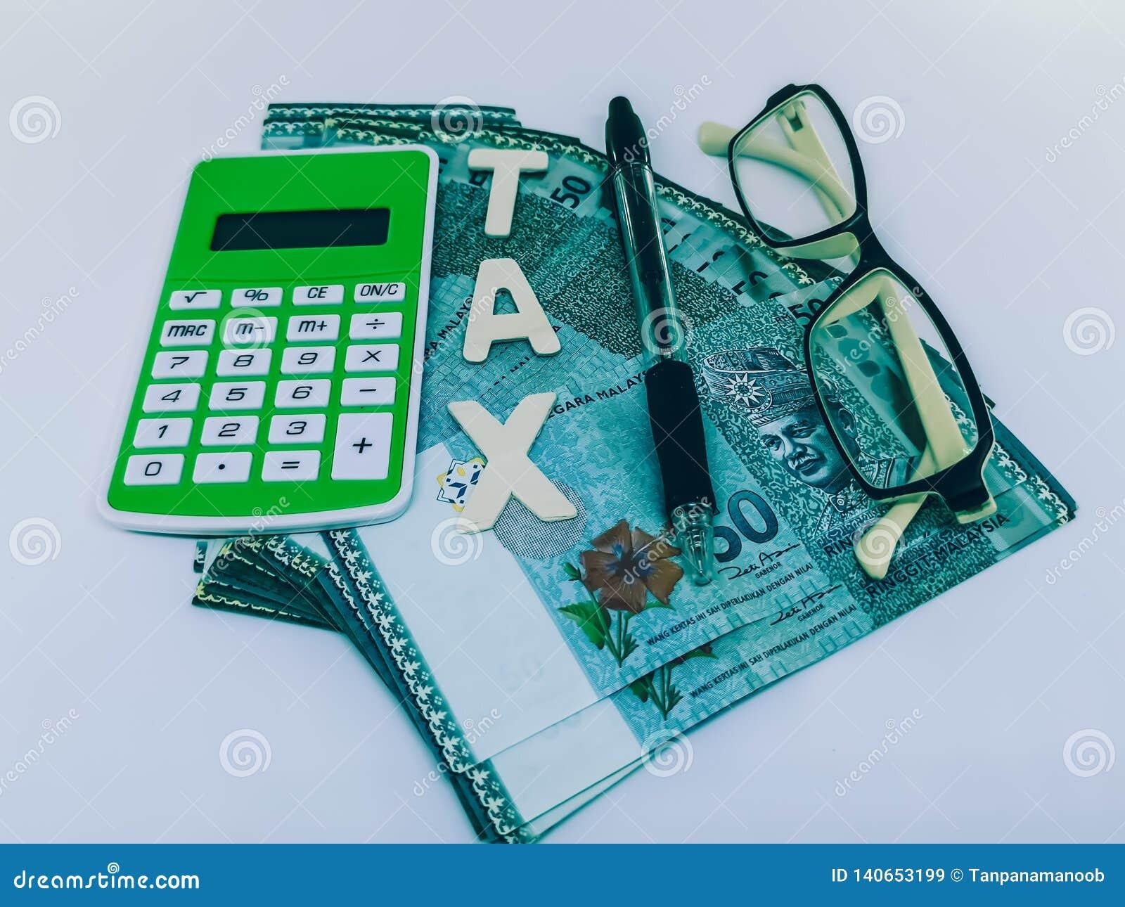 Un bloque de impuesto de la letra con una pluma de la calculadora y gafas
