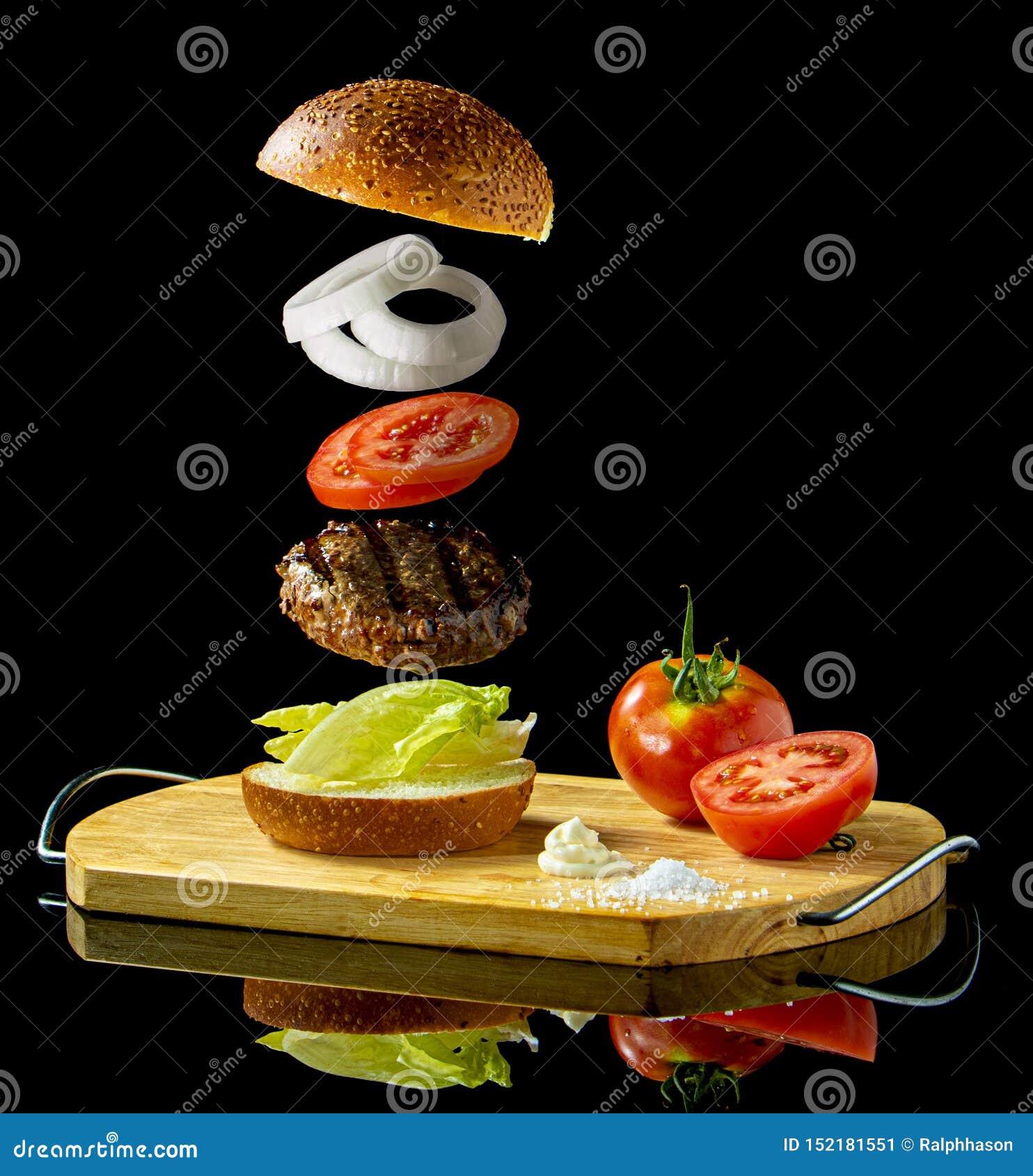 Un bocadillo flotante de la hamburguesa que eleva y mantiene flotando