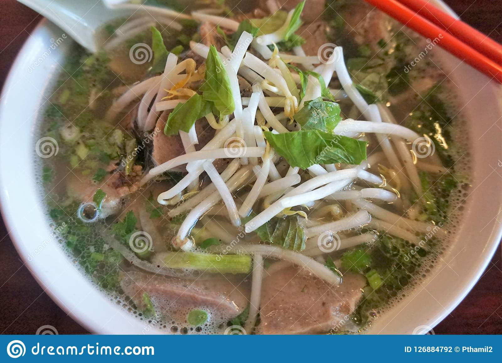 Un bol de soupe chaude à pho