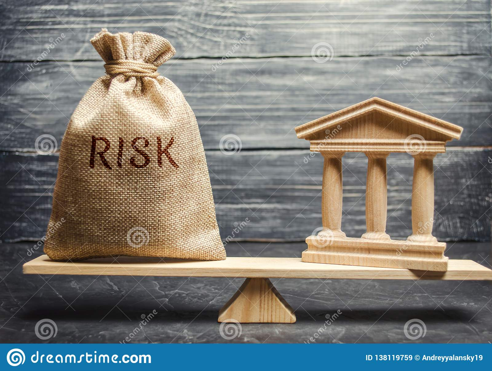 Un bolso del dinero con el riesgo de la palabra y un edificio de banco en las escalas El concepto de riesgo financiero y económic