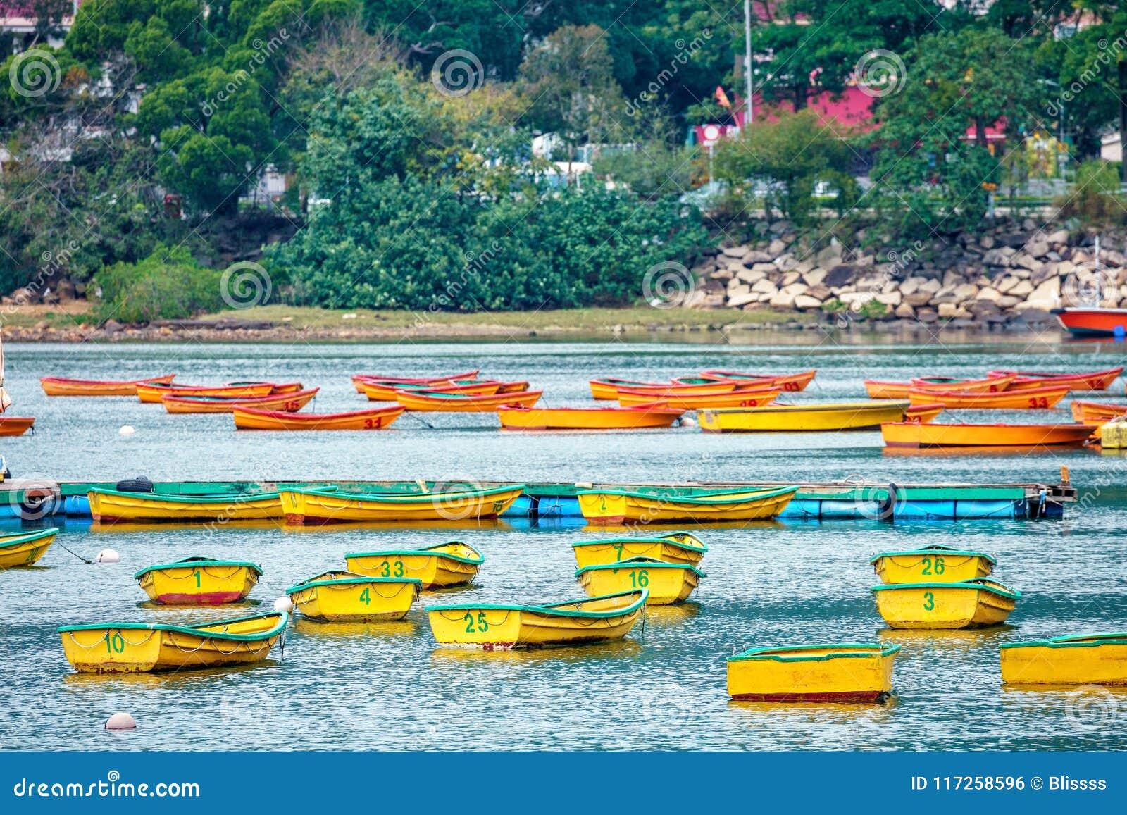 Un bon nombre de bateaux de pêche vides ancrés par le ` s Tai Mei Tuk Pier No de crique de pluvier 1 en Hong Kong